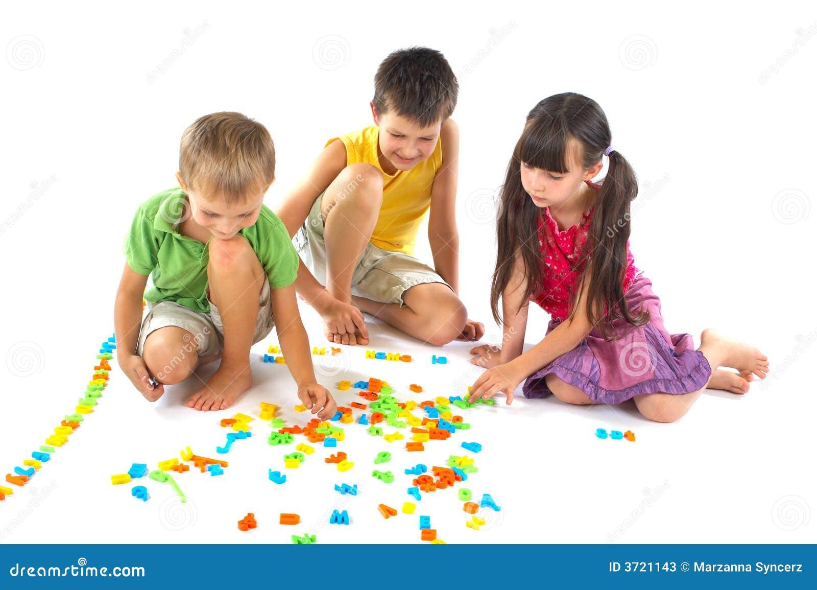 Kinderen die met brieven spelen