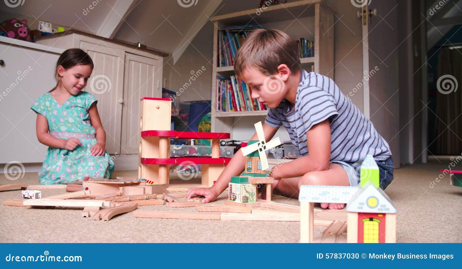 Kinderen die met speelgoed in slaapkamer spelen stock footage ...