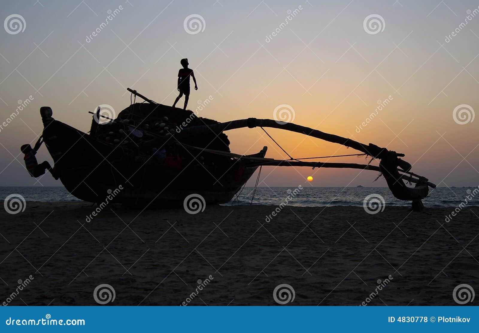 Kinderen die op de vissersboot spelen