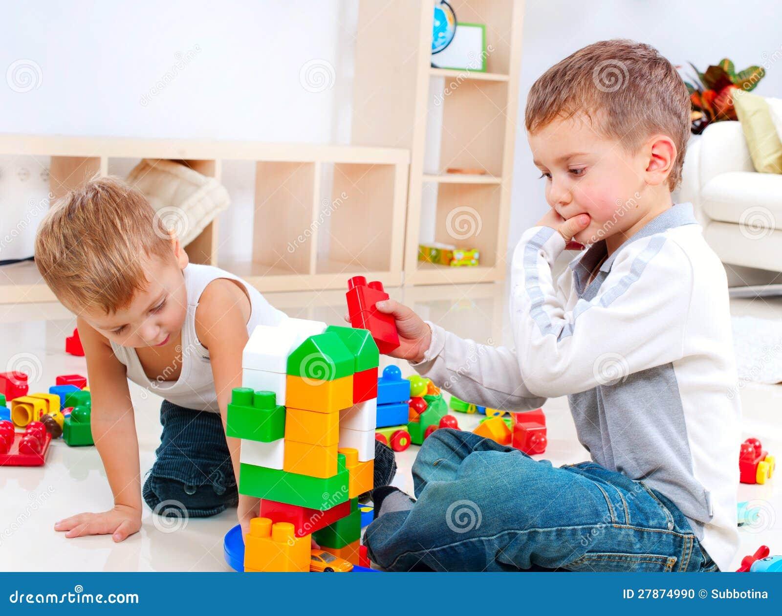 Kinderen die op de vloer spelen