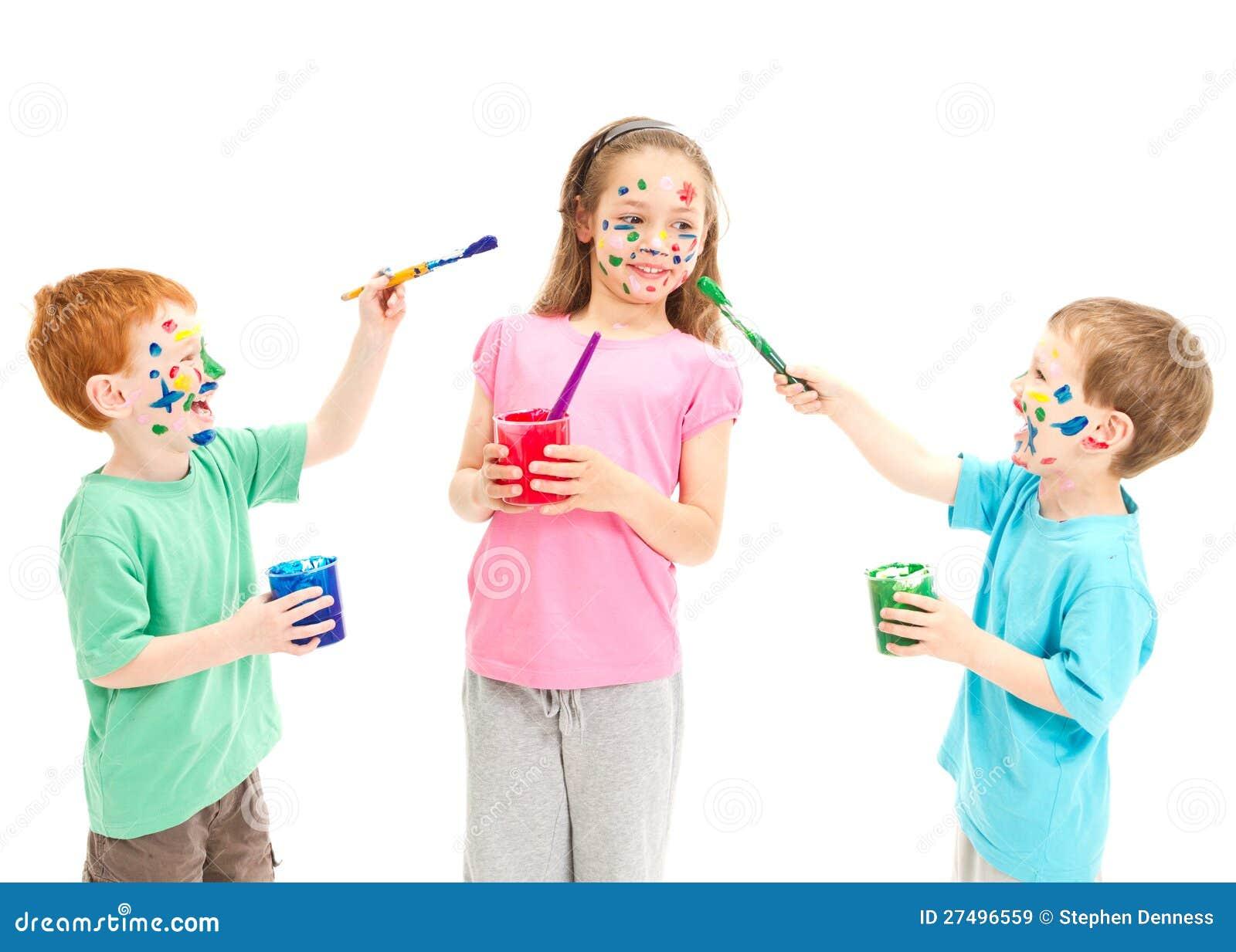 Kinderen die op elkaar schilderen stock afbeelding afbeelding 27496559 - Schilderen kind jongen ...