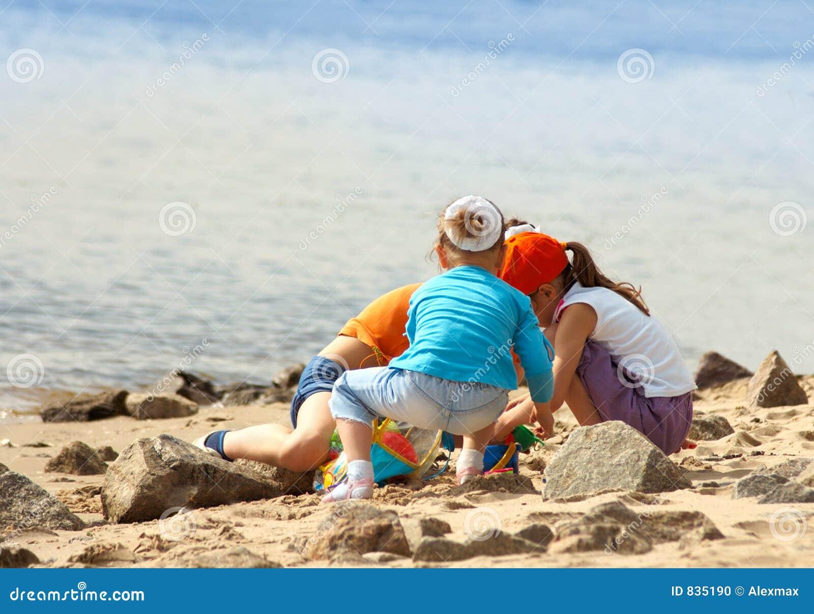 Kinderen die op het strand spelen