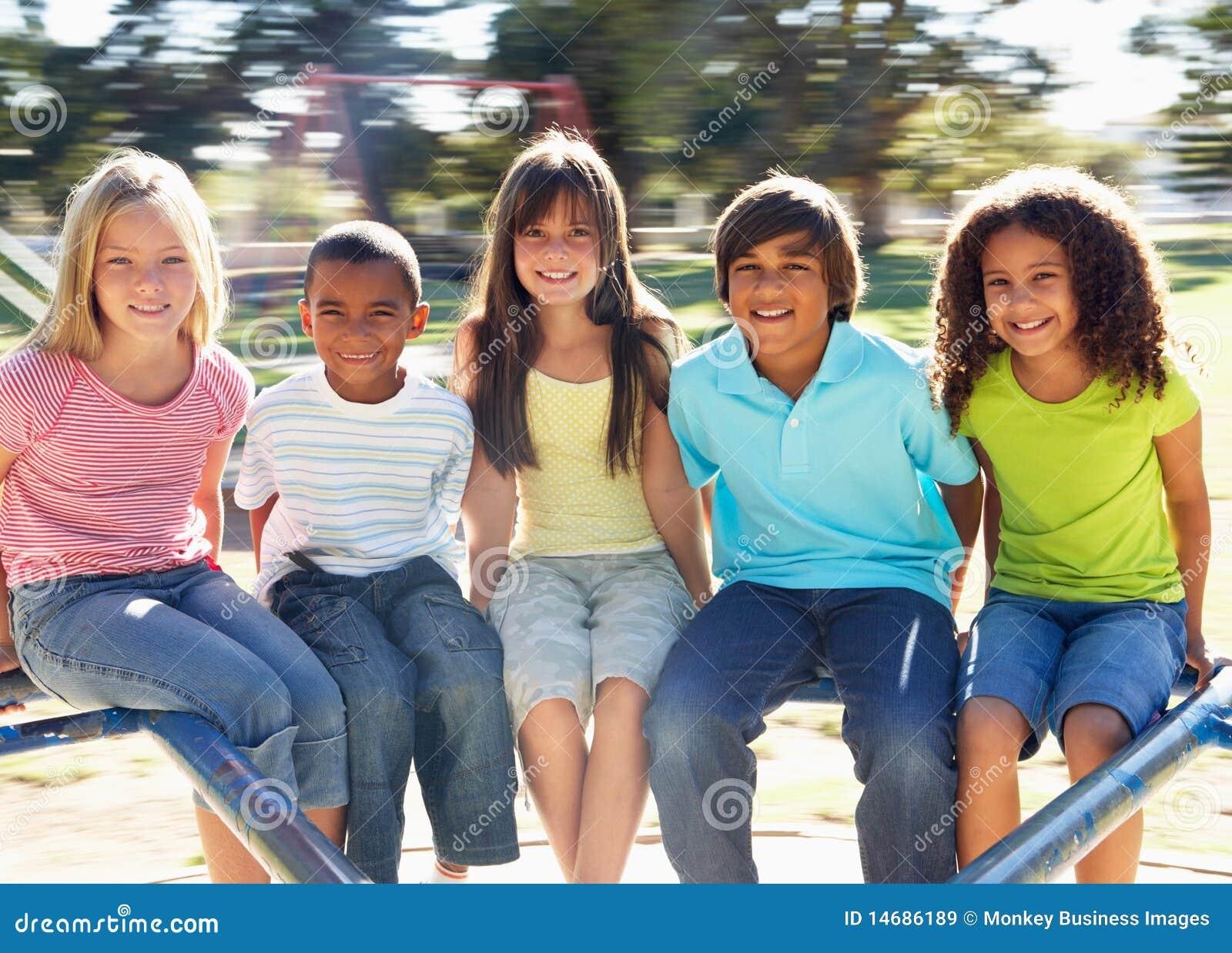 Kinderen die op Rotonde in Speelplaats berijden