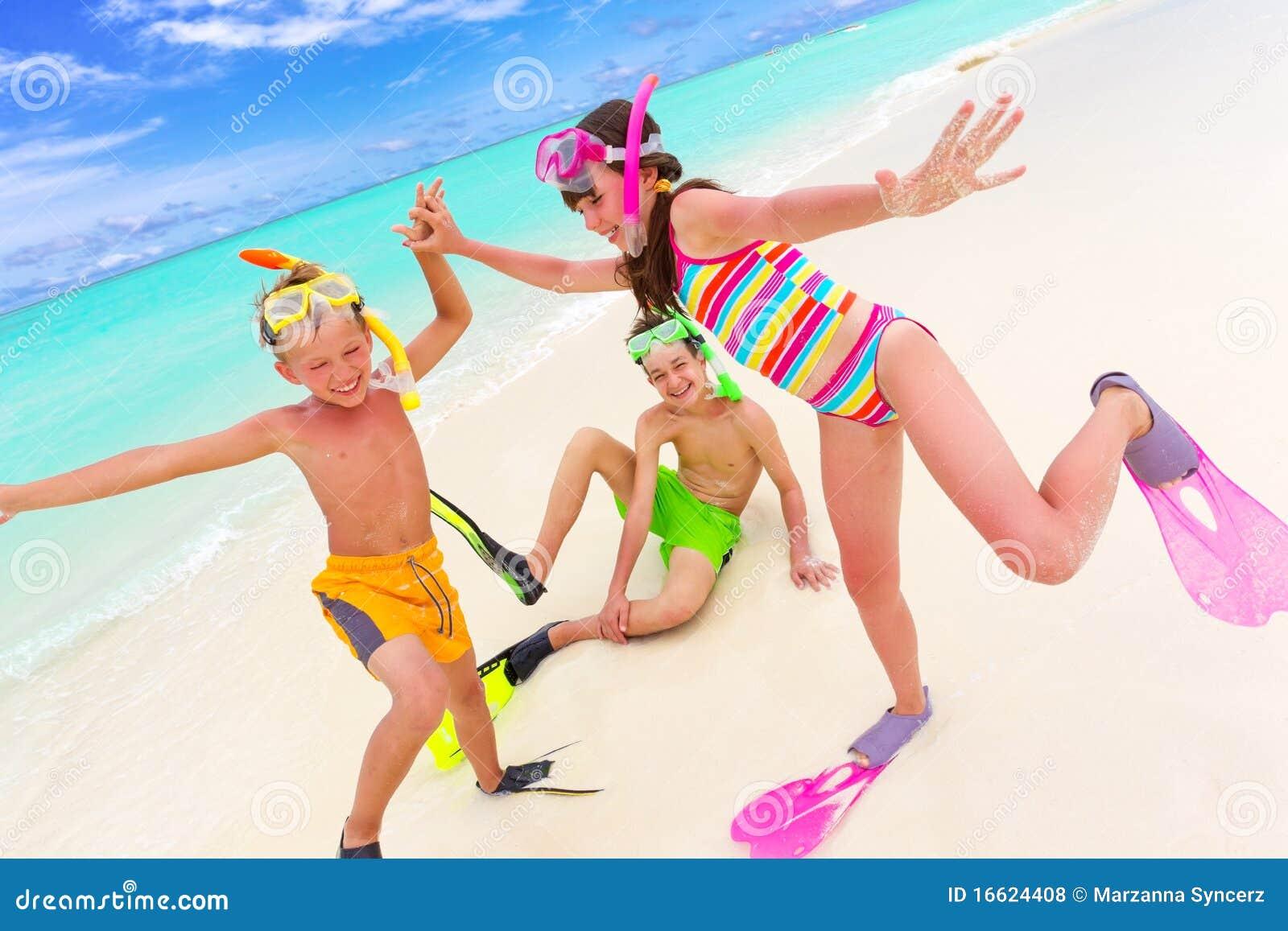 Kinderen die op strand spelen
