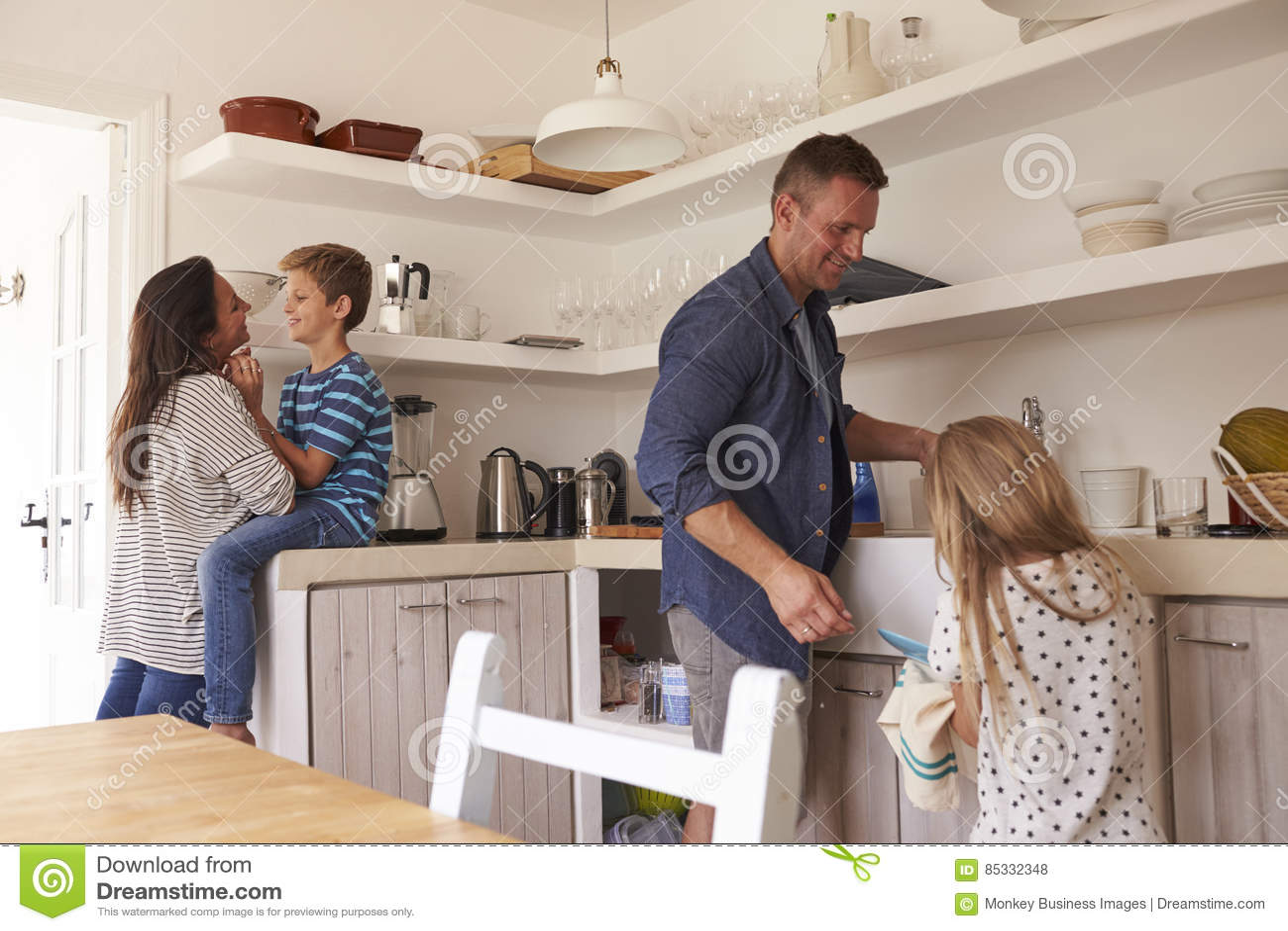 Keuken Voor Kinderen : Kinderen die ouders in keuken met karweien helpen stock foto