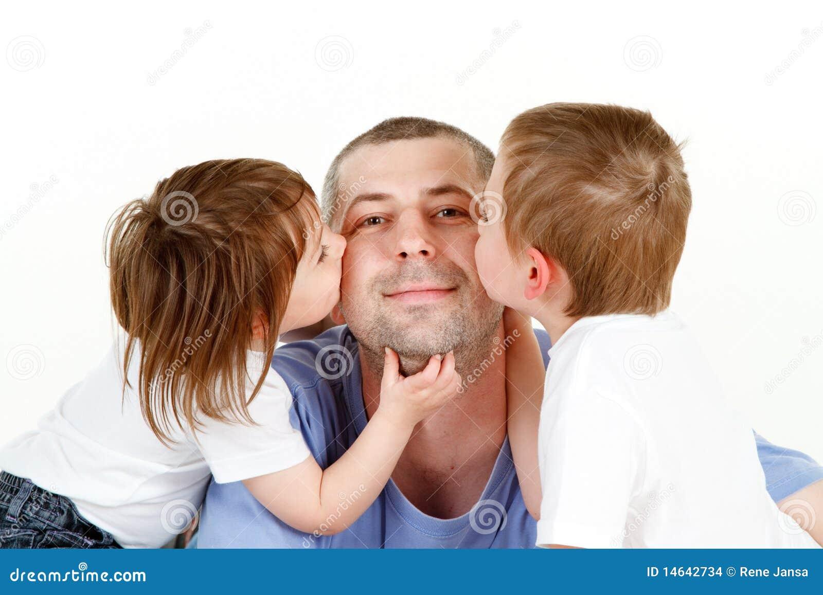 Kussen Voor Kinderen : Kinderen die papa kussen stock foto afbeelding bestaande uit