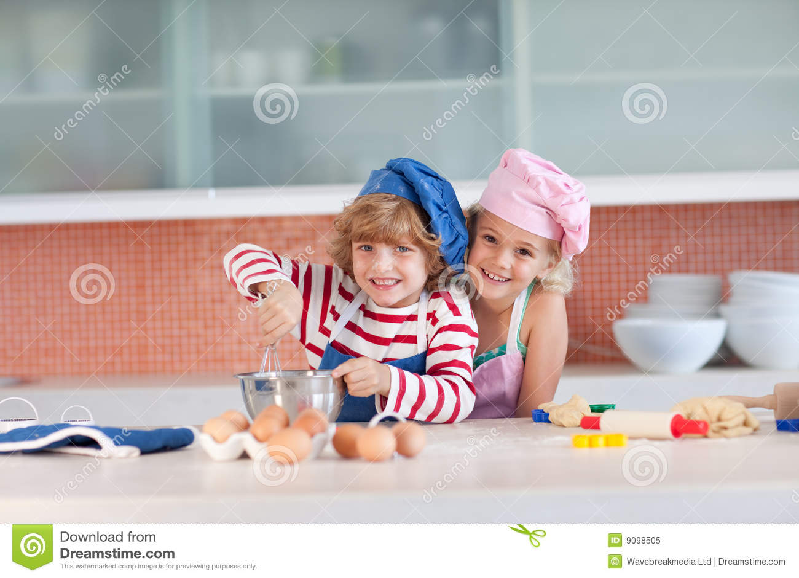 Keuken Voor Kinderen : Kinderen die pret in de keuken hebben stock afbeelding