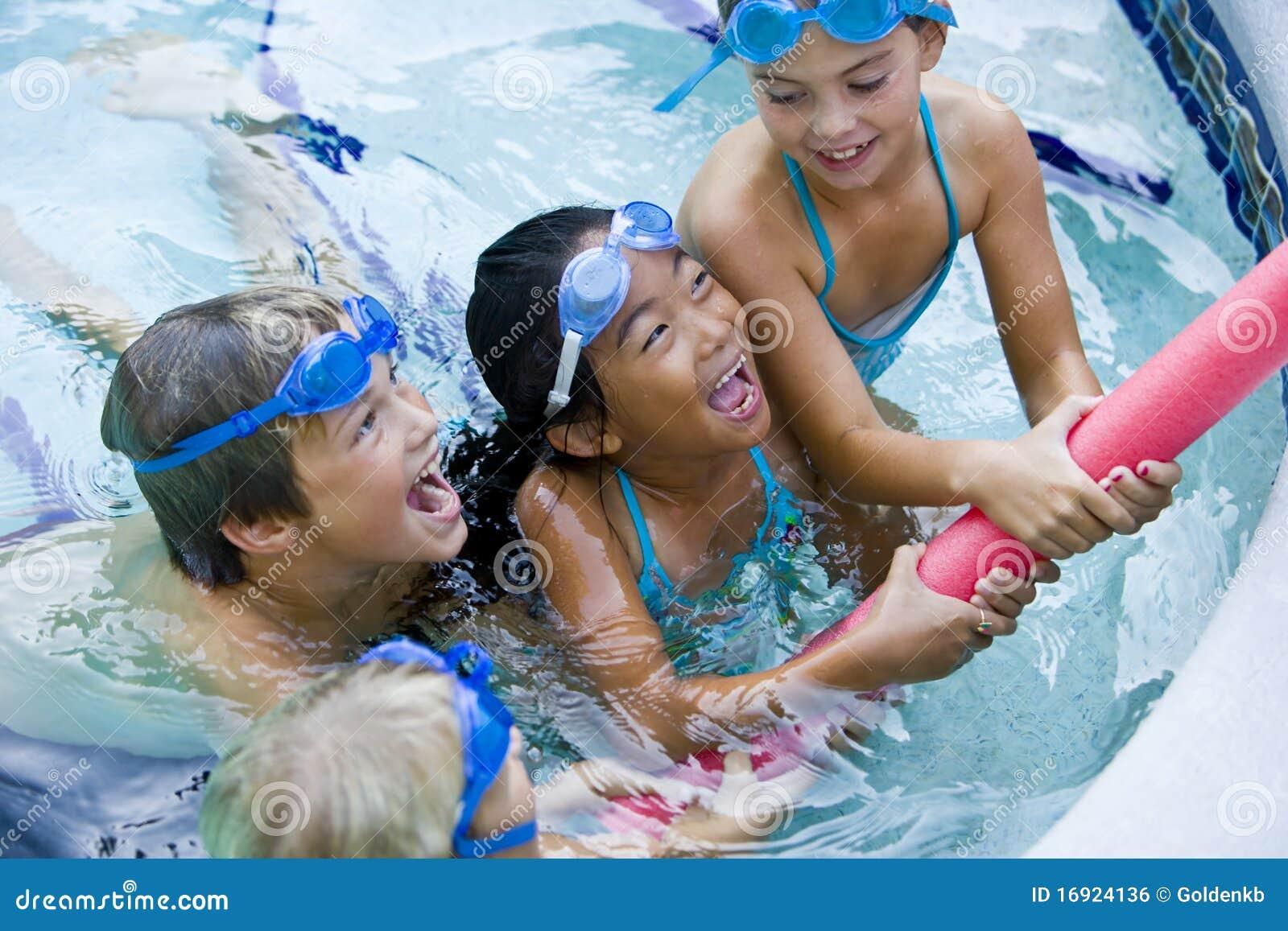 Kinderen die samen met poolstuk speelgoed spelen