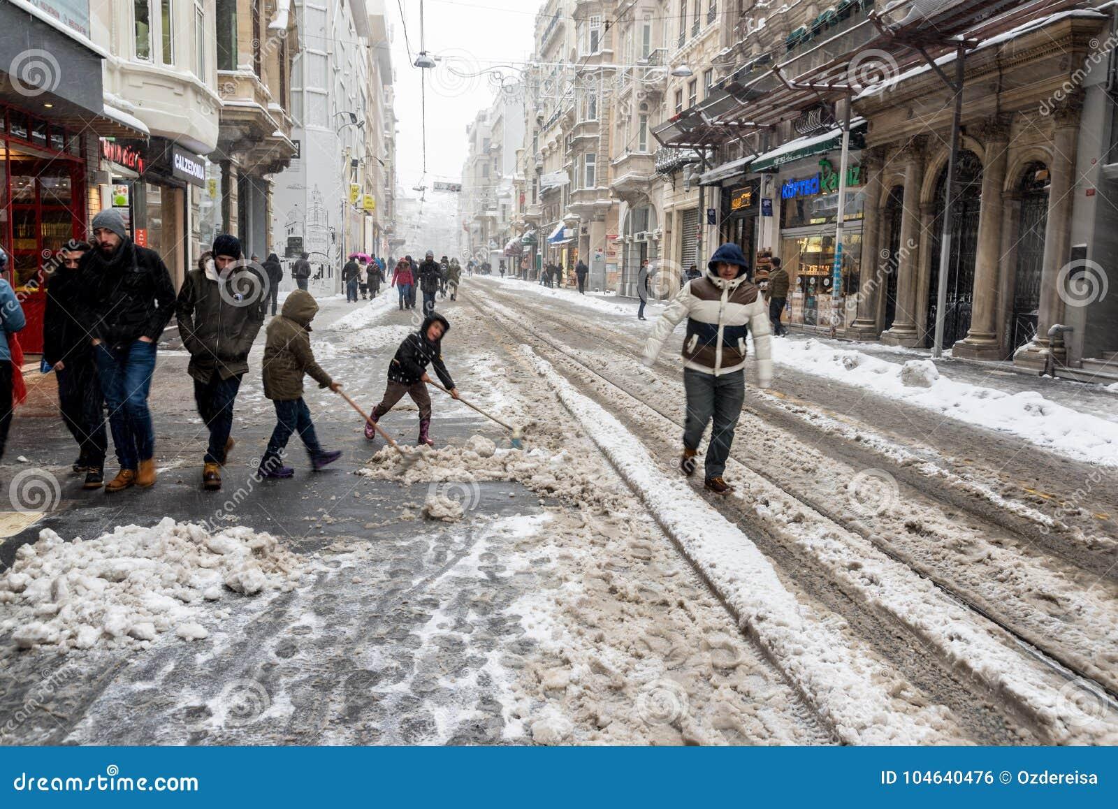 Download Kinderen Die Sneeuw Van Populaire Istiklal-Straat Van Beyoglu Schoonmaken Redactionele Foto - Afbeelding bestaande uit trein, life: 104640476