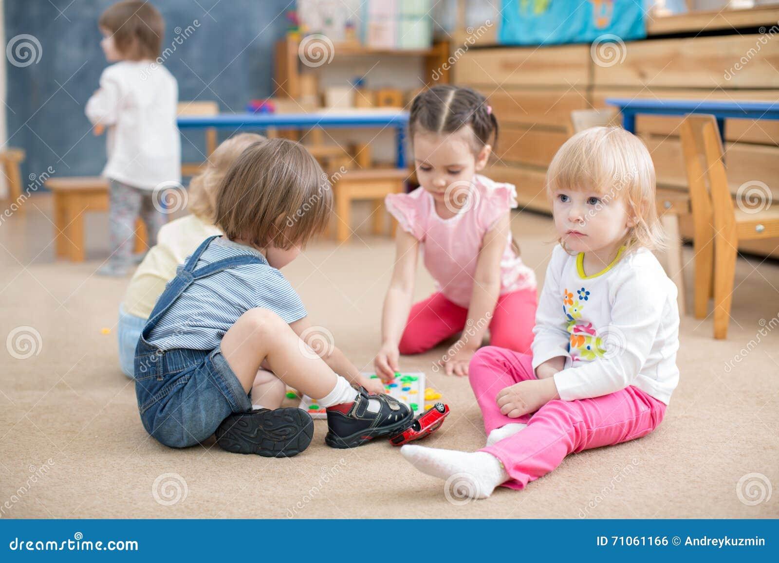 Kinderen die spelen in kleuterschoolspeelkamer spelen