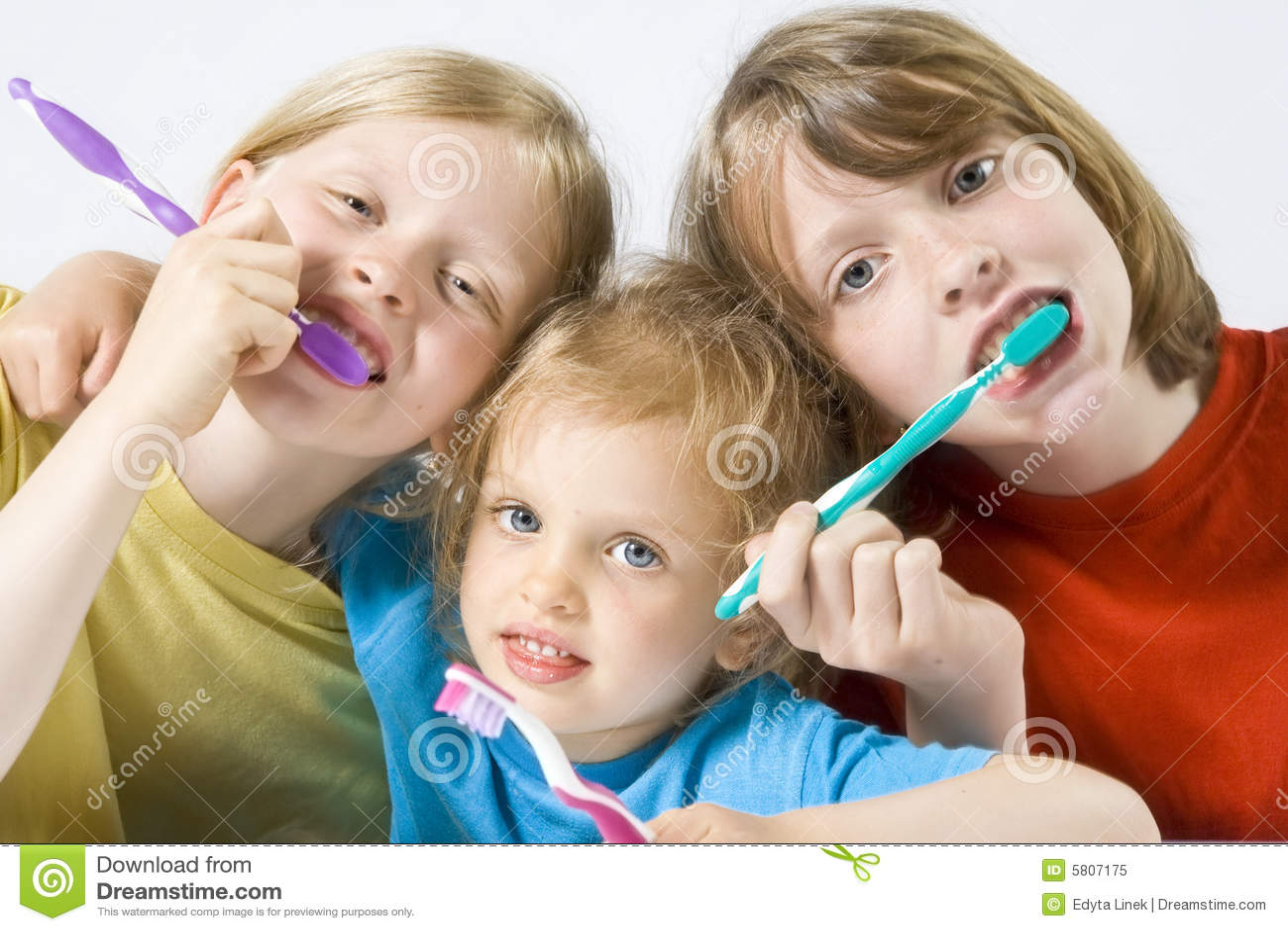 Kinderen die tanden borstelen