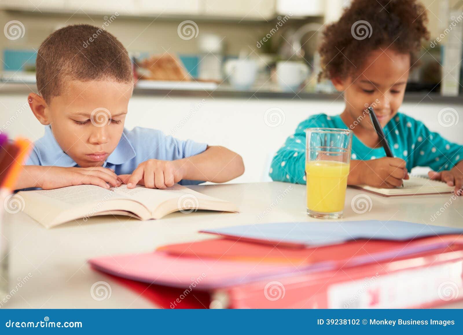 Kinderen die Thuiswerk doen samen bij Lijst