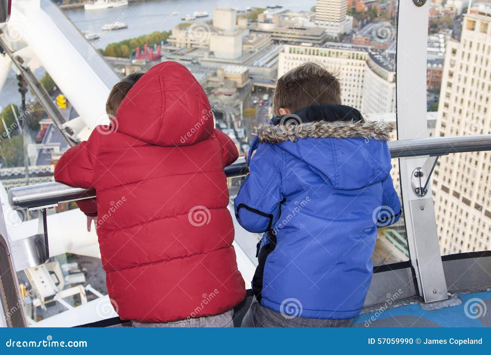 Kinderen die uit van het oog van Londen kijken