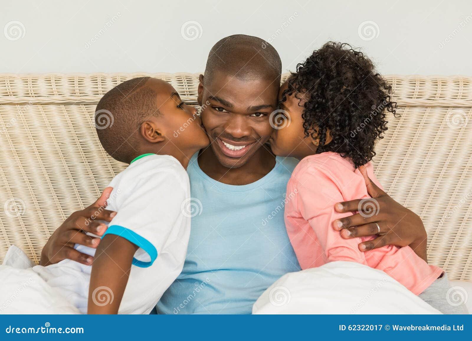 Kussen Voor Kinderen : Kinderen die vader in bed kussen stock afbeelding afbeelding