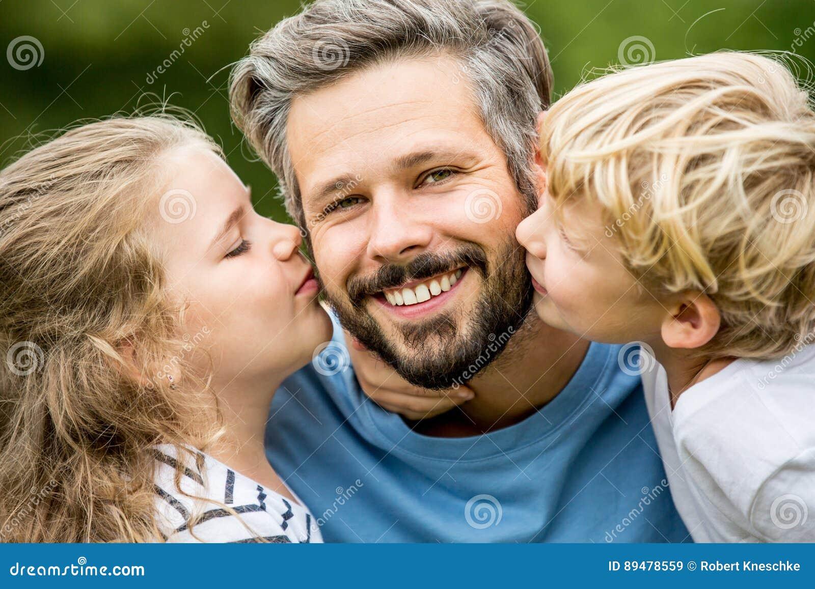 Kussen Voor Kinderen : Kinderen die vader met liefde kussen stock afbeelding afbeelding