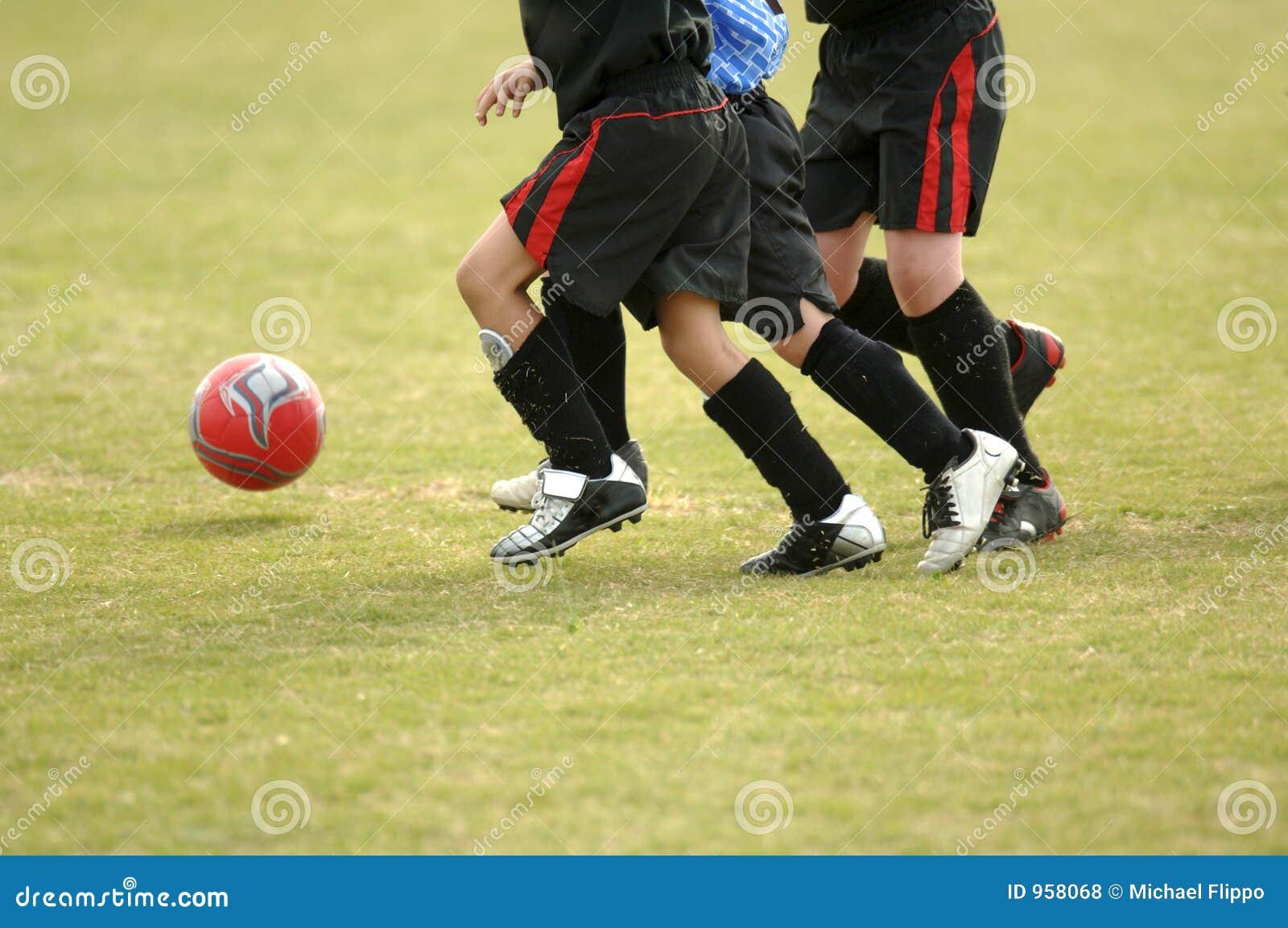 Kinderen die voetbal spelen - voetbal
