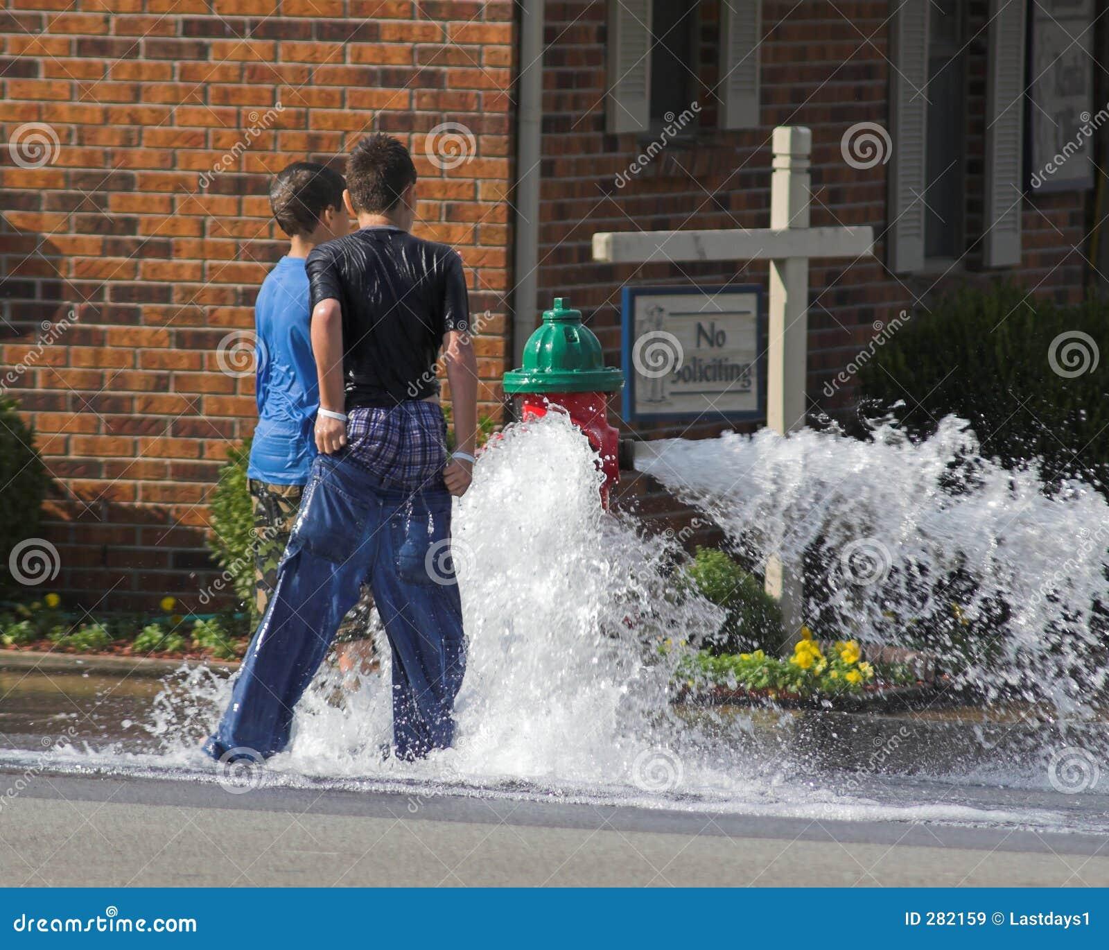 Kinderen die in Water spelen
