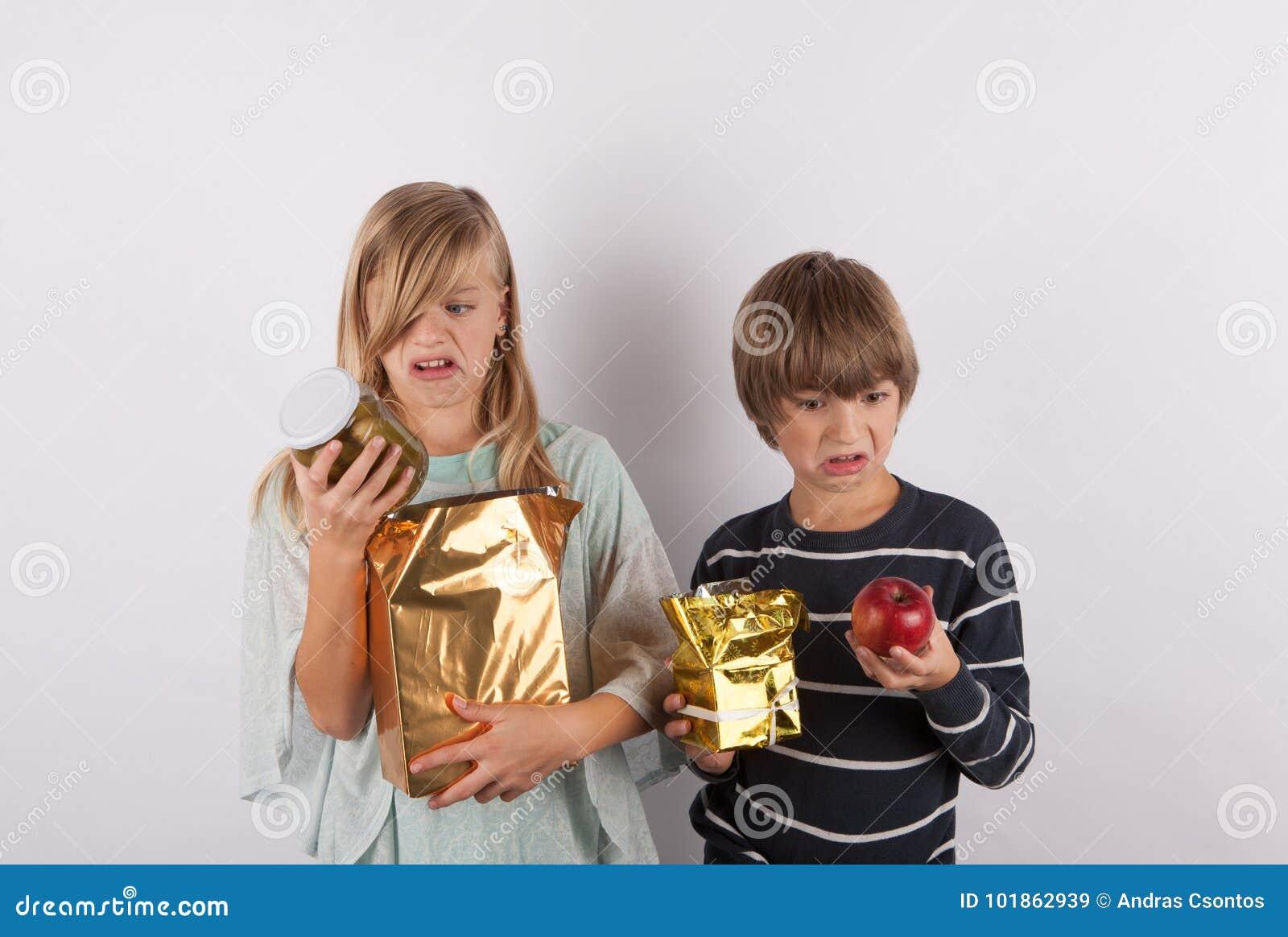 Kinderen door slechte giften worden geschokt die