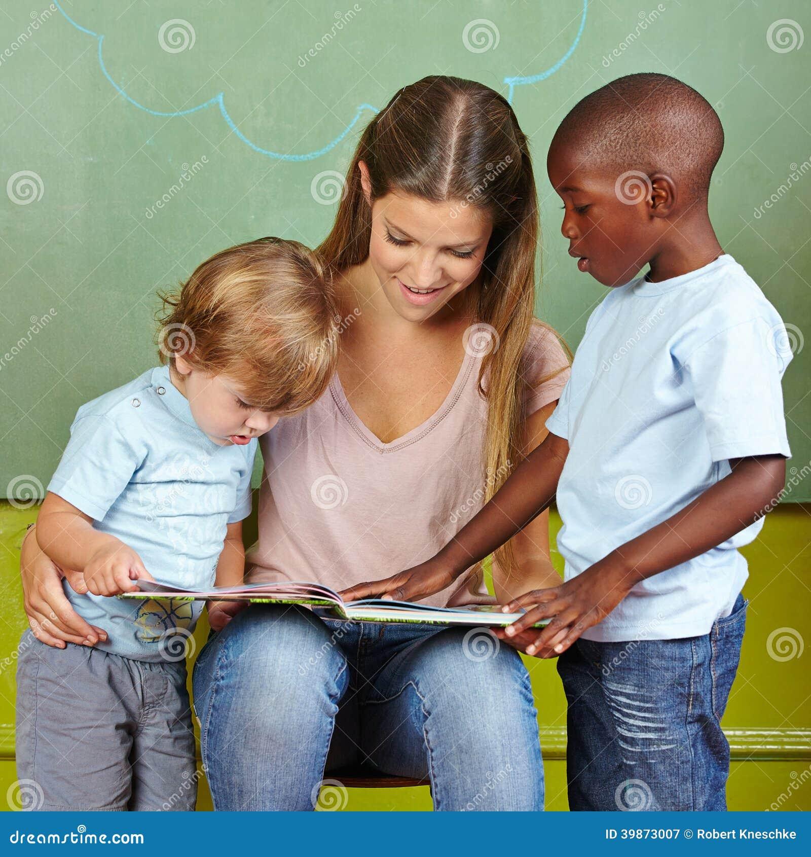 Kinderen en kleuterschoolleraar