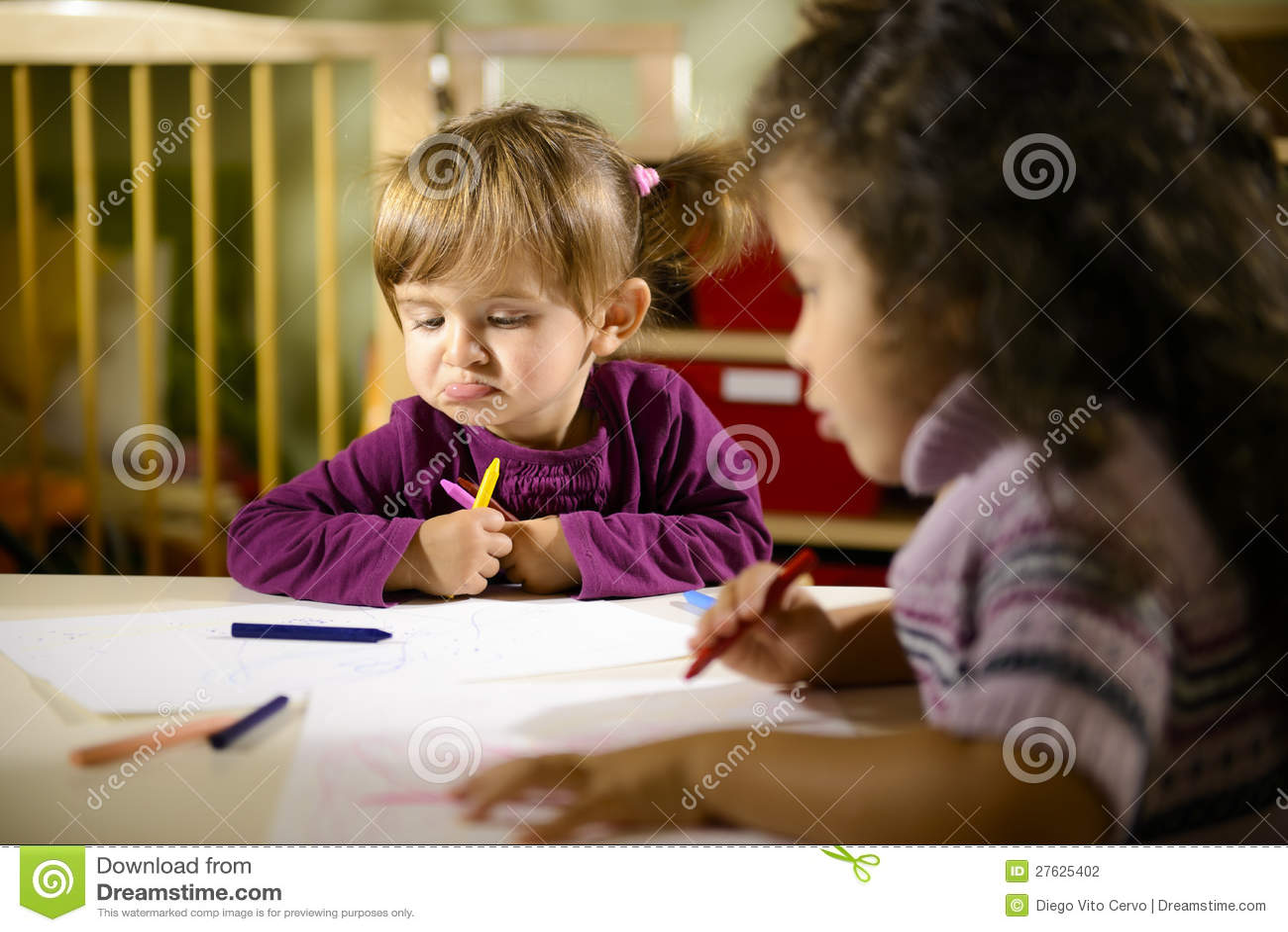 Kinderen en pret, kleuters die op school trekken