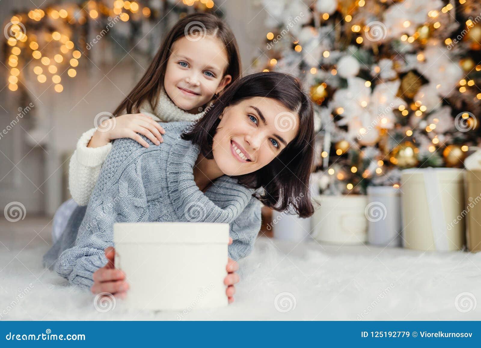 Kinderen, familie en vieringsconcept Aanbiddelijk wijfje in kni