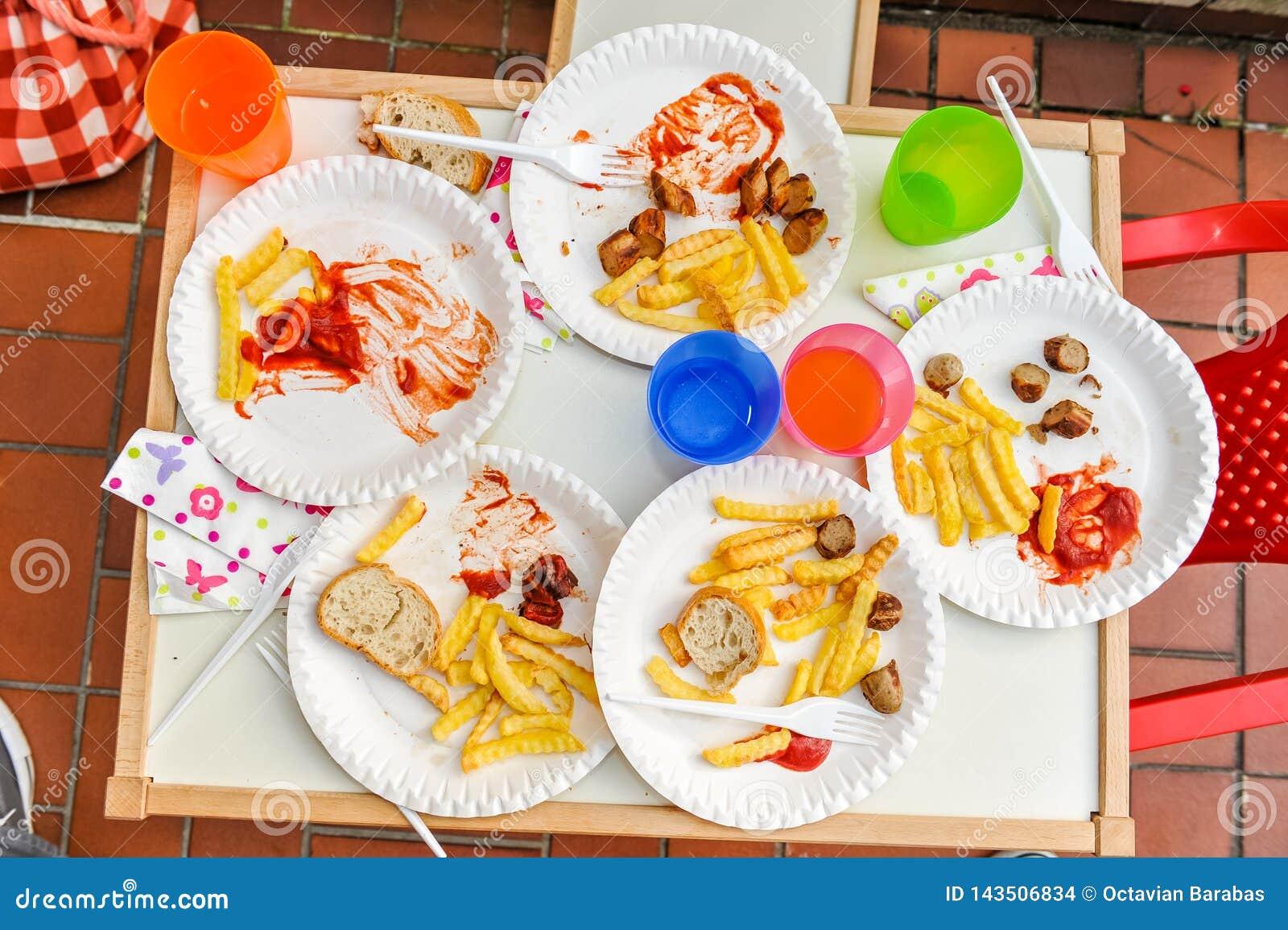 Kinderen gebeëindigde maaltijd met frieten