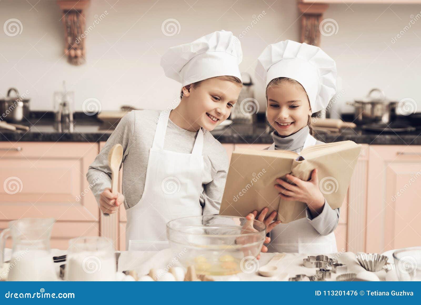 Keuken Voor Kinderen : Kinderen in keuken de broer en de zuster lezen kookboek terwijl