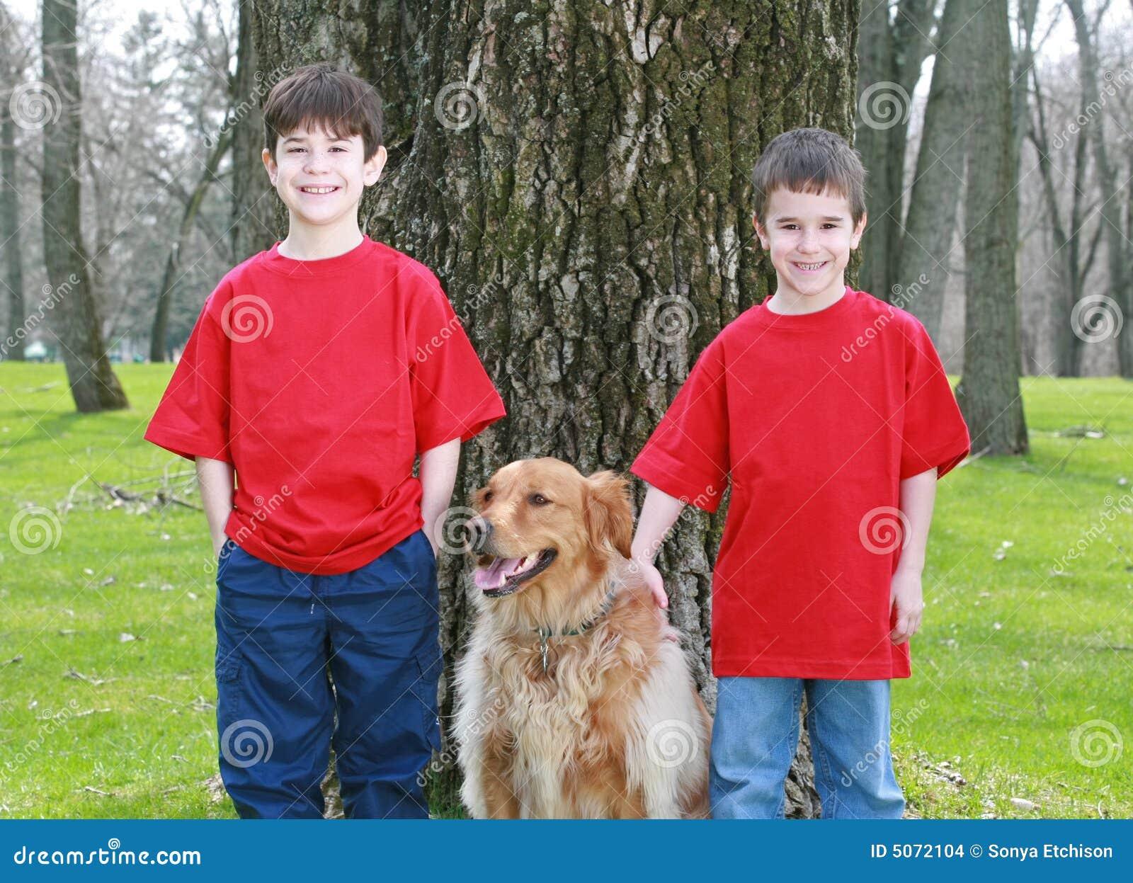 Kinderen met Gouden Retriever