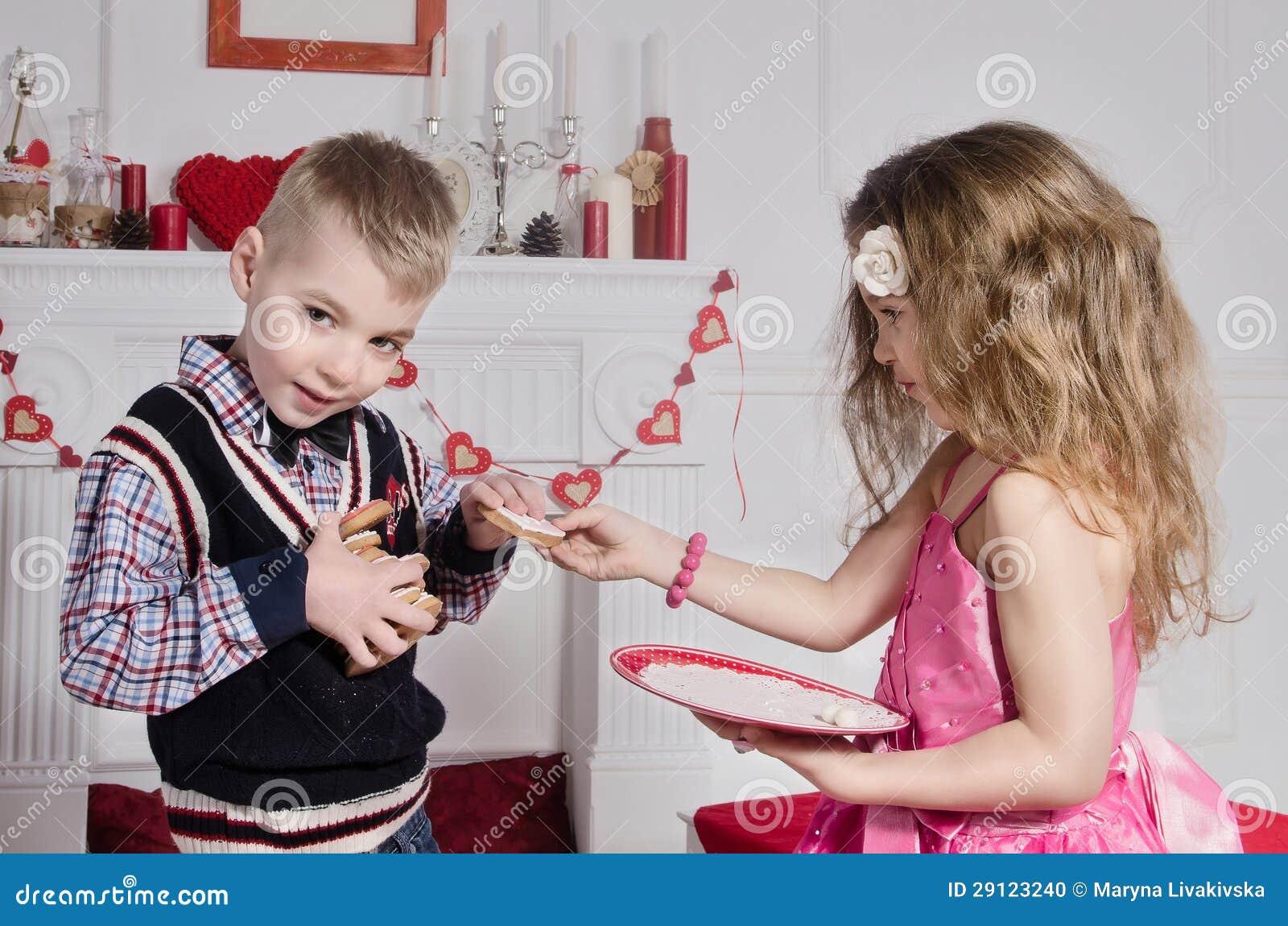 Kinderen met hart-Vormige Cakes
