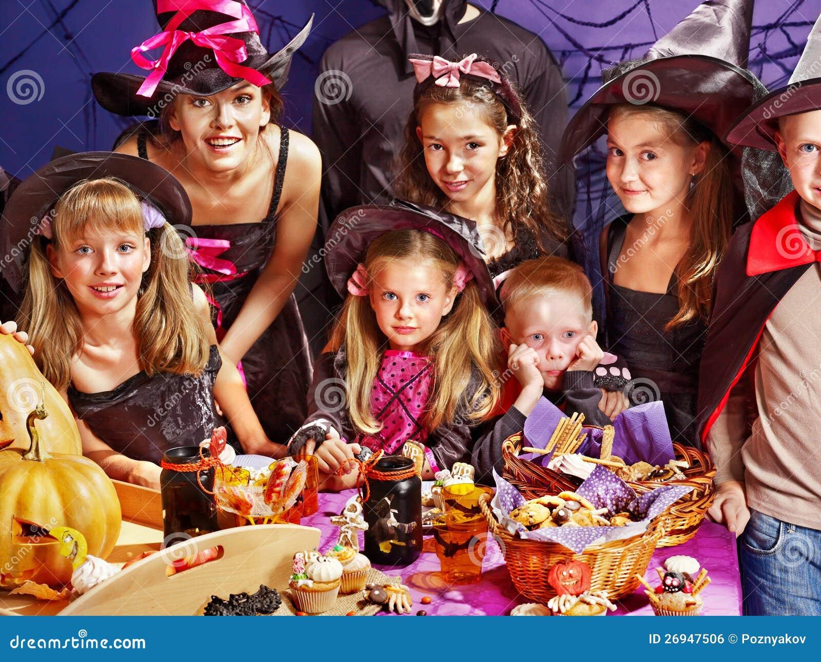 Kinderen op de partij die van Halloween pompoen maakt
