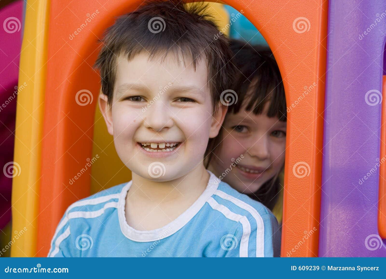 Kinderen op een speelplaats