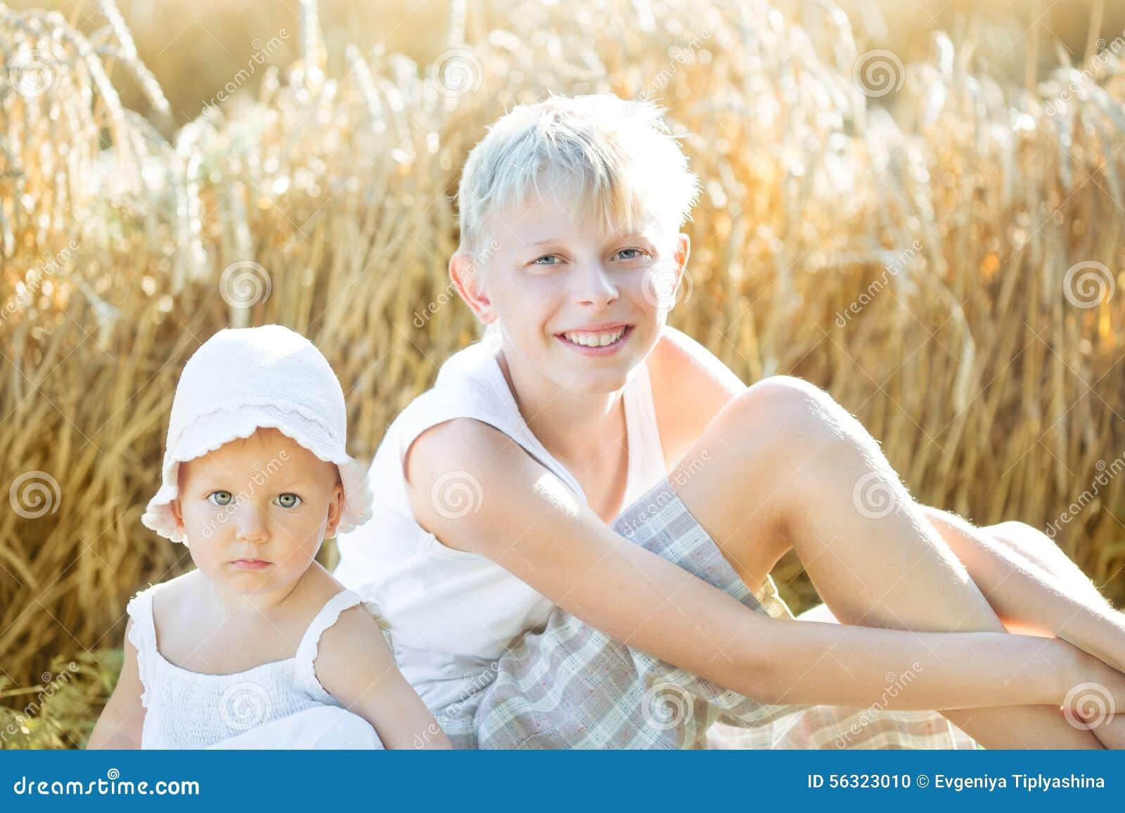 Kinderen op een tarwegebied