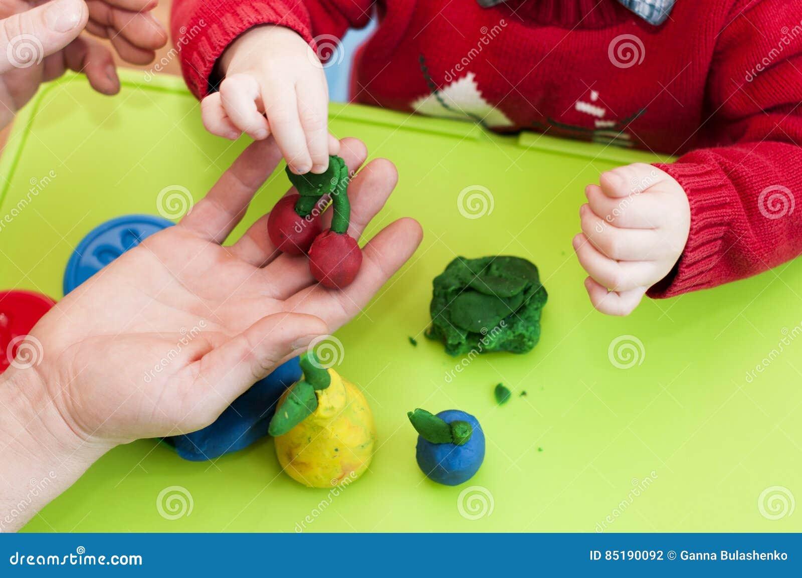 Kinderen S En Volwassen Handenvorm Van Klei Stock Foto