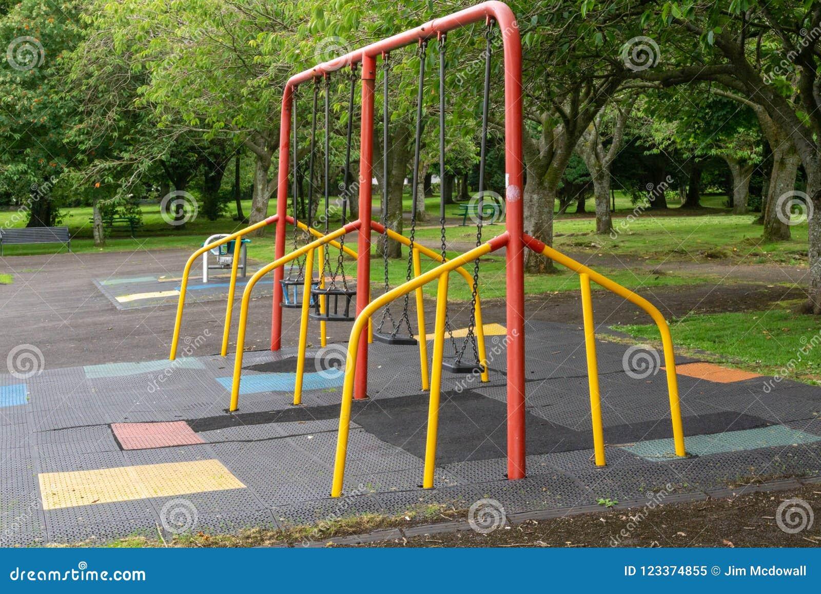 Kinderen` s Schommeling in een Schots Park