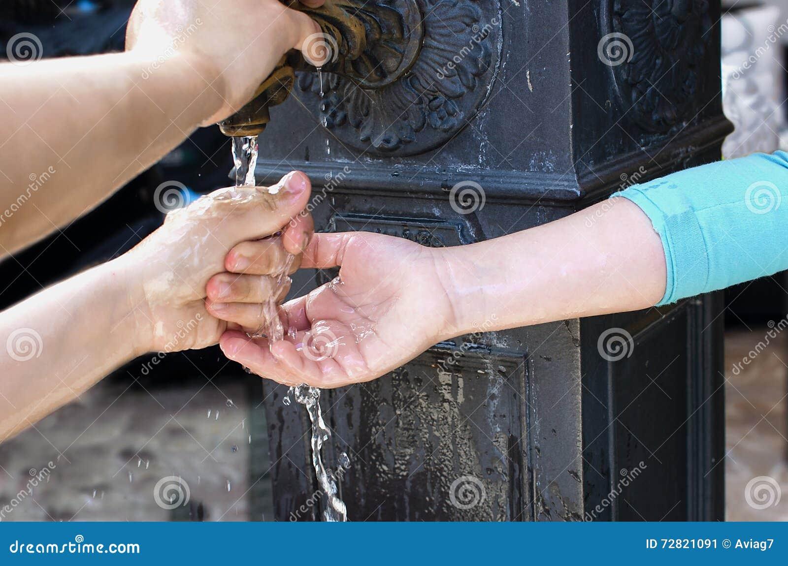 Kinderenhanden met waterplons