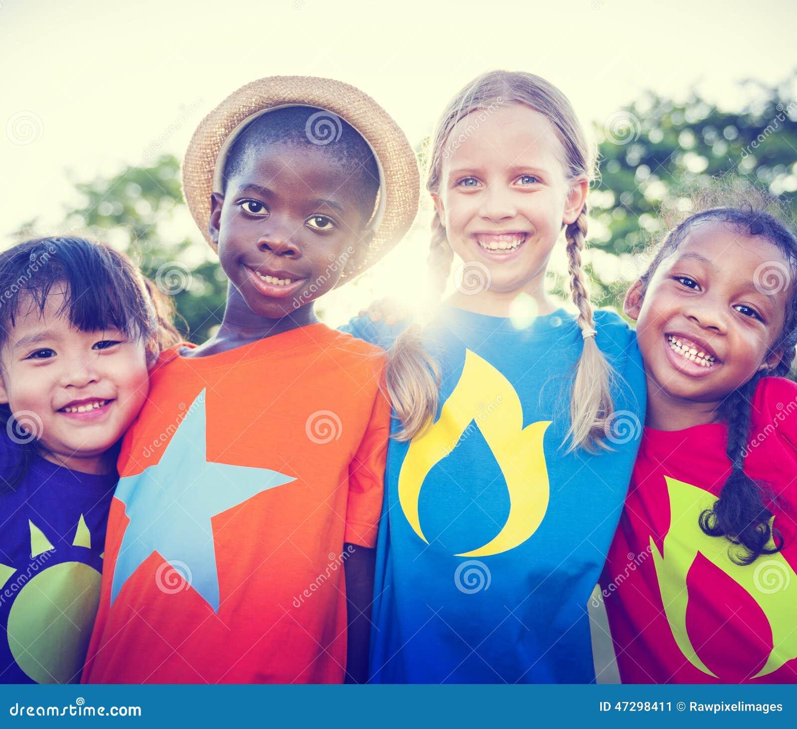 Kinderenvriendschap die in openlucht Vrolijk Concept plakken
