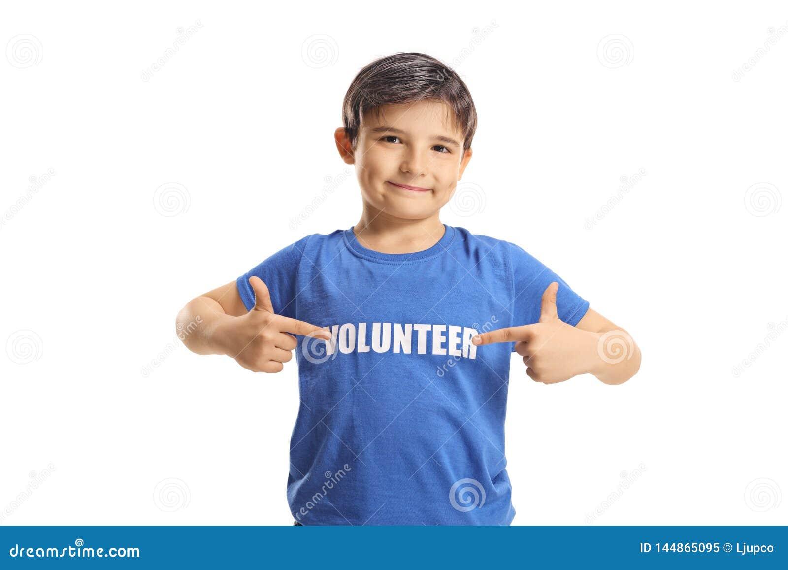 Kinderfreiwilliger, der auf sein blaues T-Shirt zeigt