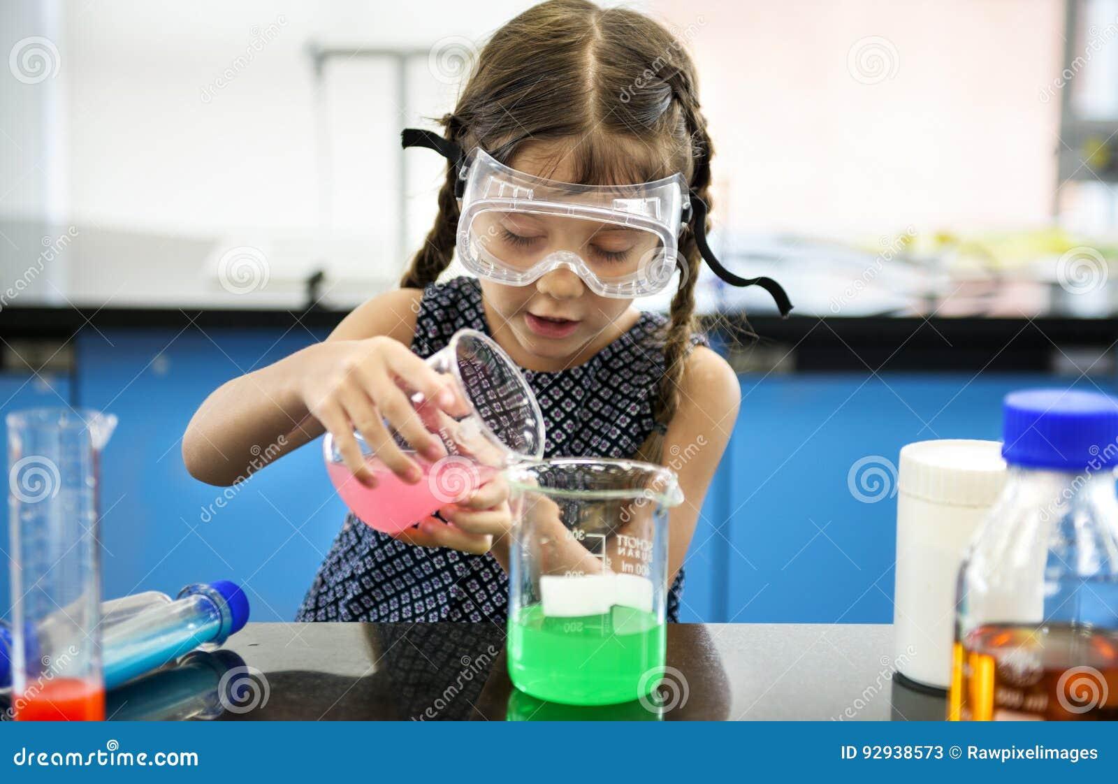 Kindergarten-Student Mixing Solution in der Wissenschafts-Experiment-Arbeit