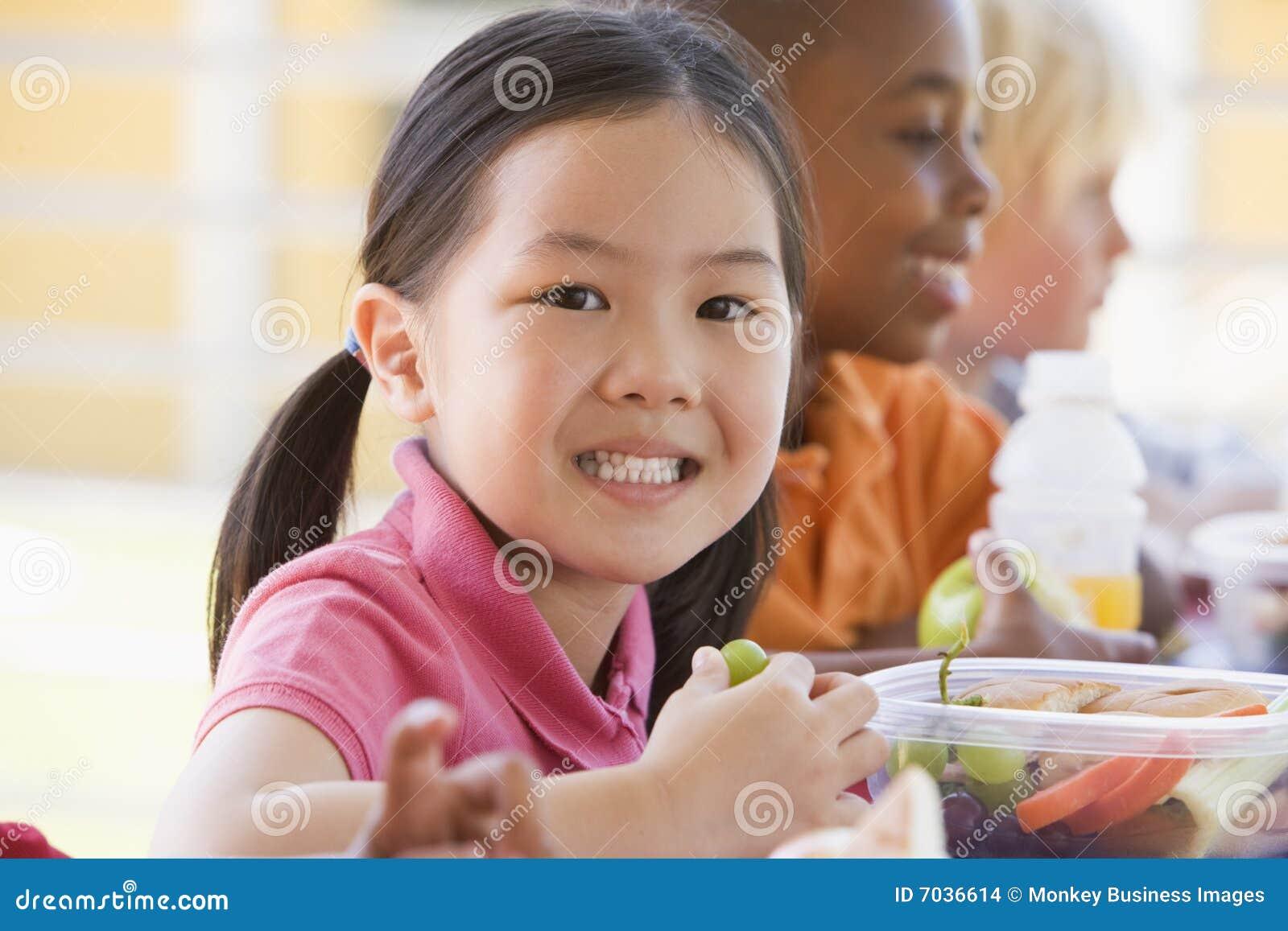 Kindergartenkinder, die das Mittagessen essen