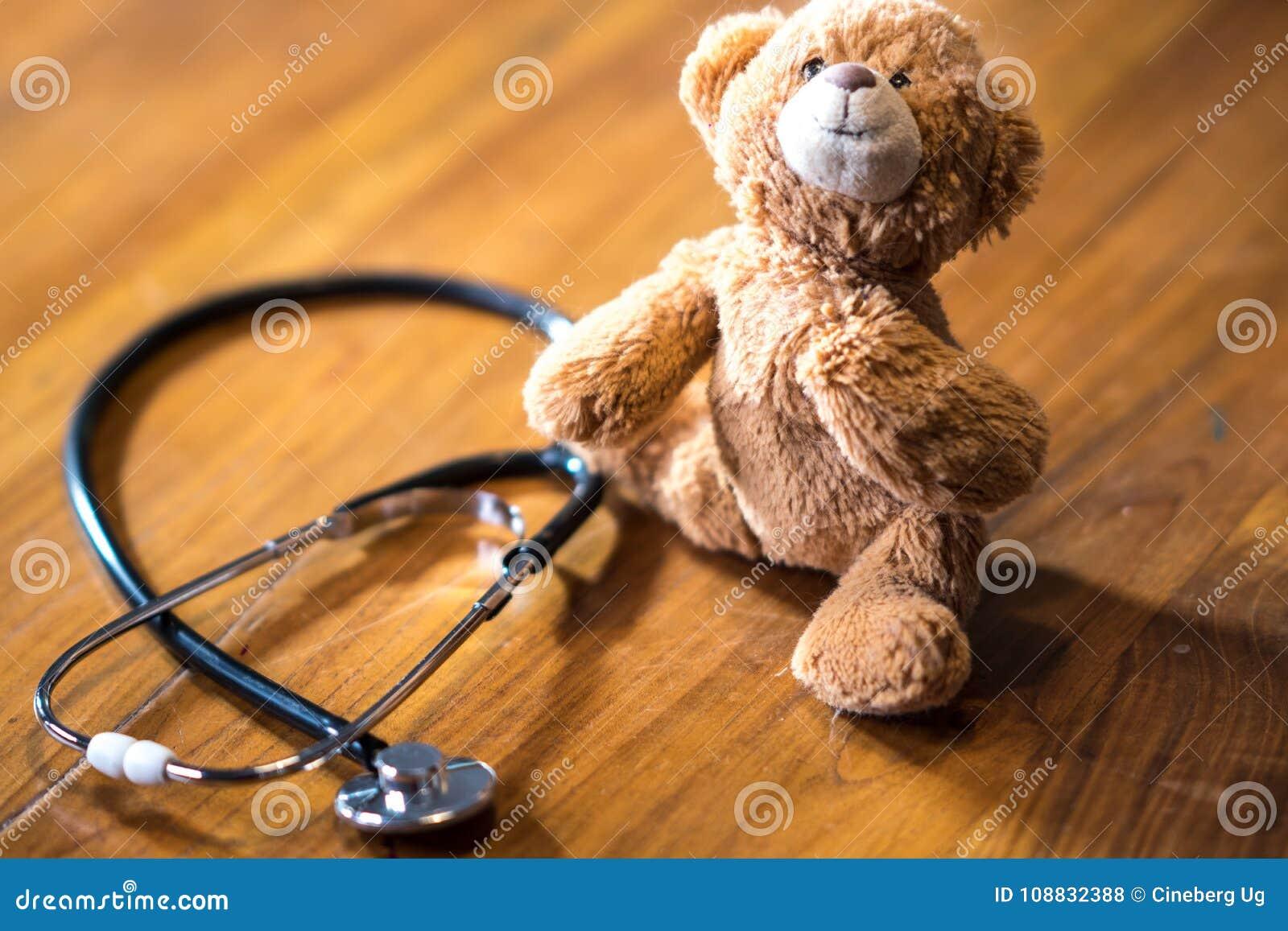 Kinderheilkunde: Stethoskop- und Spielzeugbär