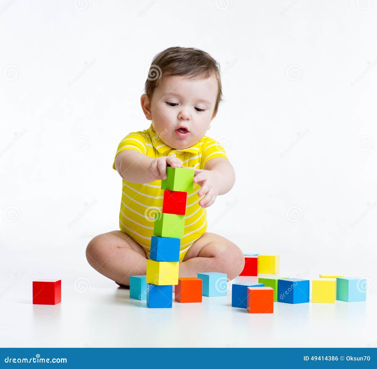 Download Kinderjunge, Der Hölzerne Spielwaren Spielt Stockfoto - Bild von getrennt, glück: 49414386