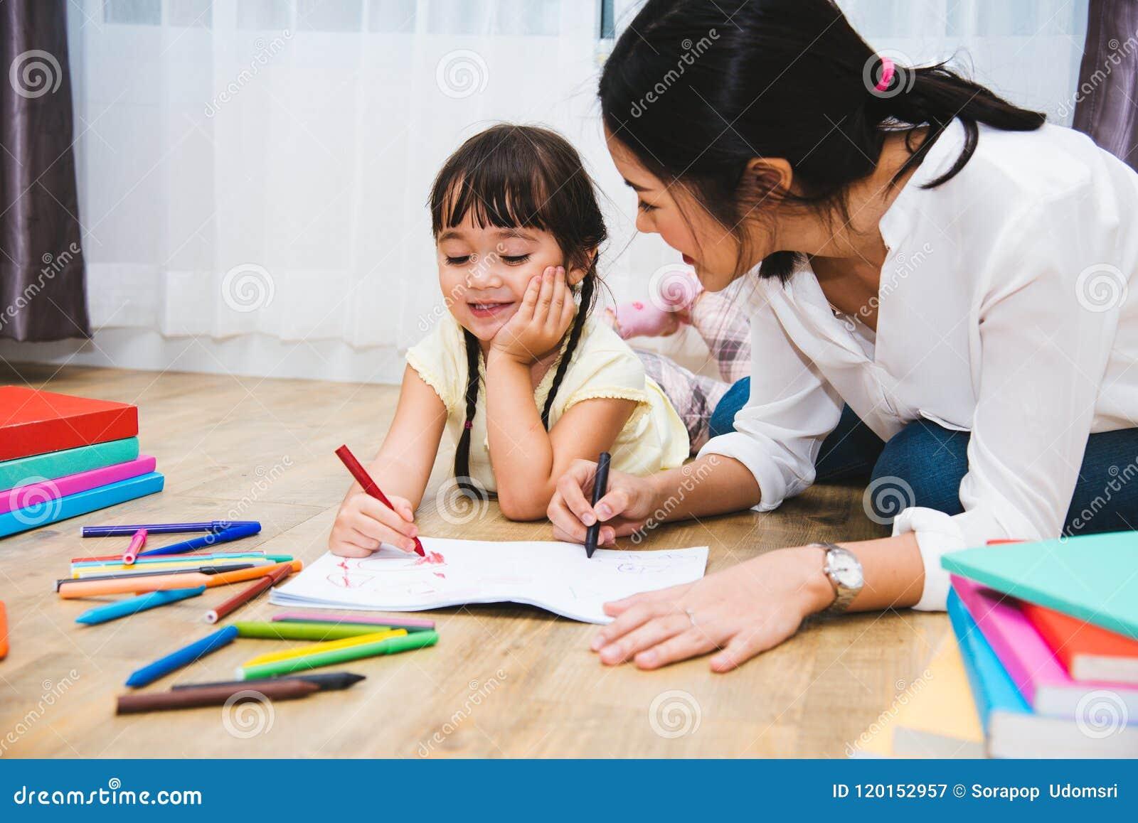 Kinderkindermädchenkindergartenzeichnungslehrerbildungs-Muttermutter