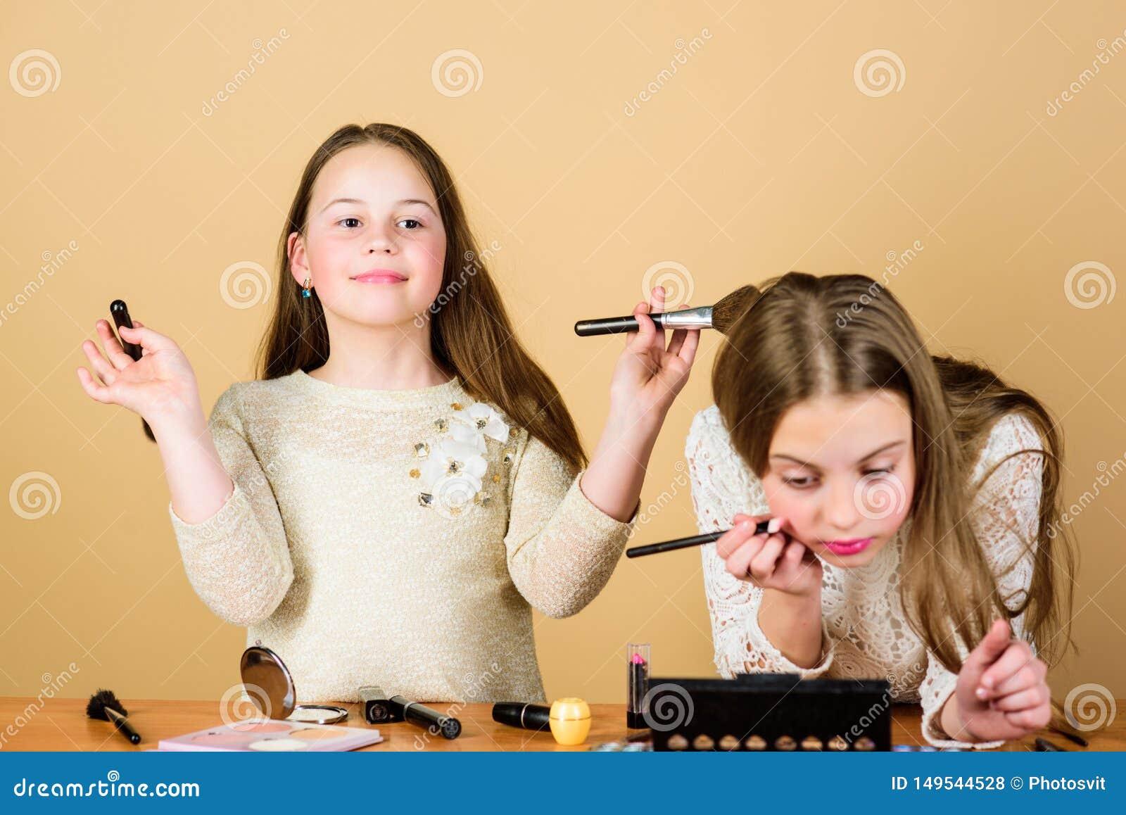 Kinderkleine M?dchen bilden Gesicht Make-upspeicher Experimentieren mit Art Kreativit?t ist beste Make-upf?higkeit Bilden Sie