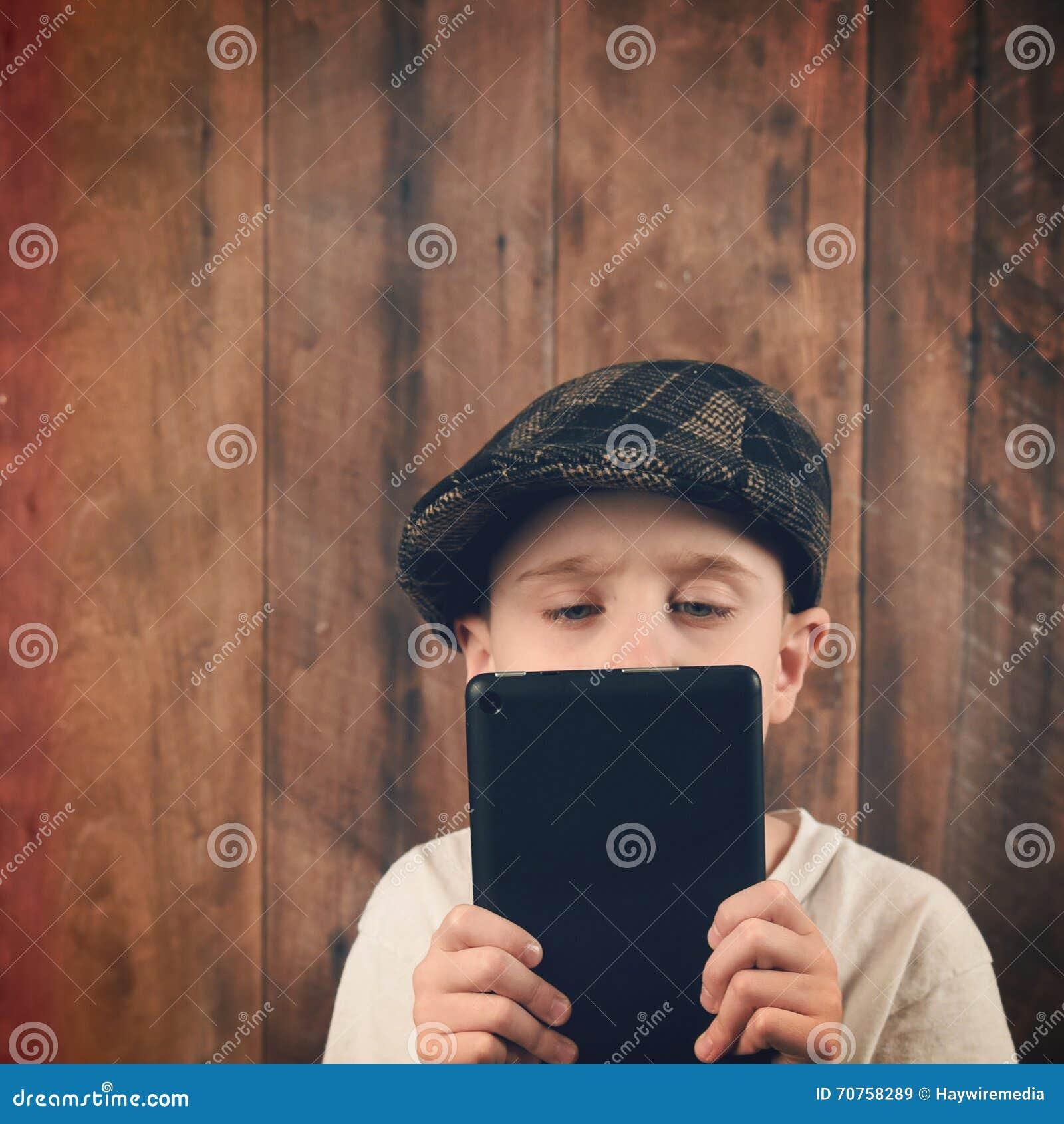 Kinderlesetechnologie-Tablet auf Holz