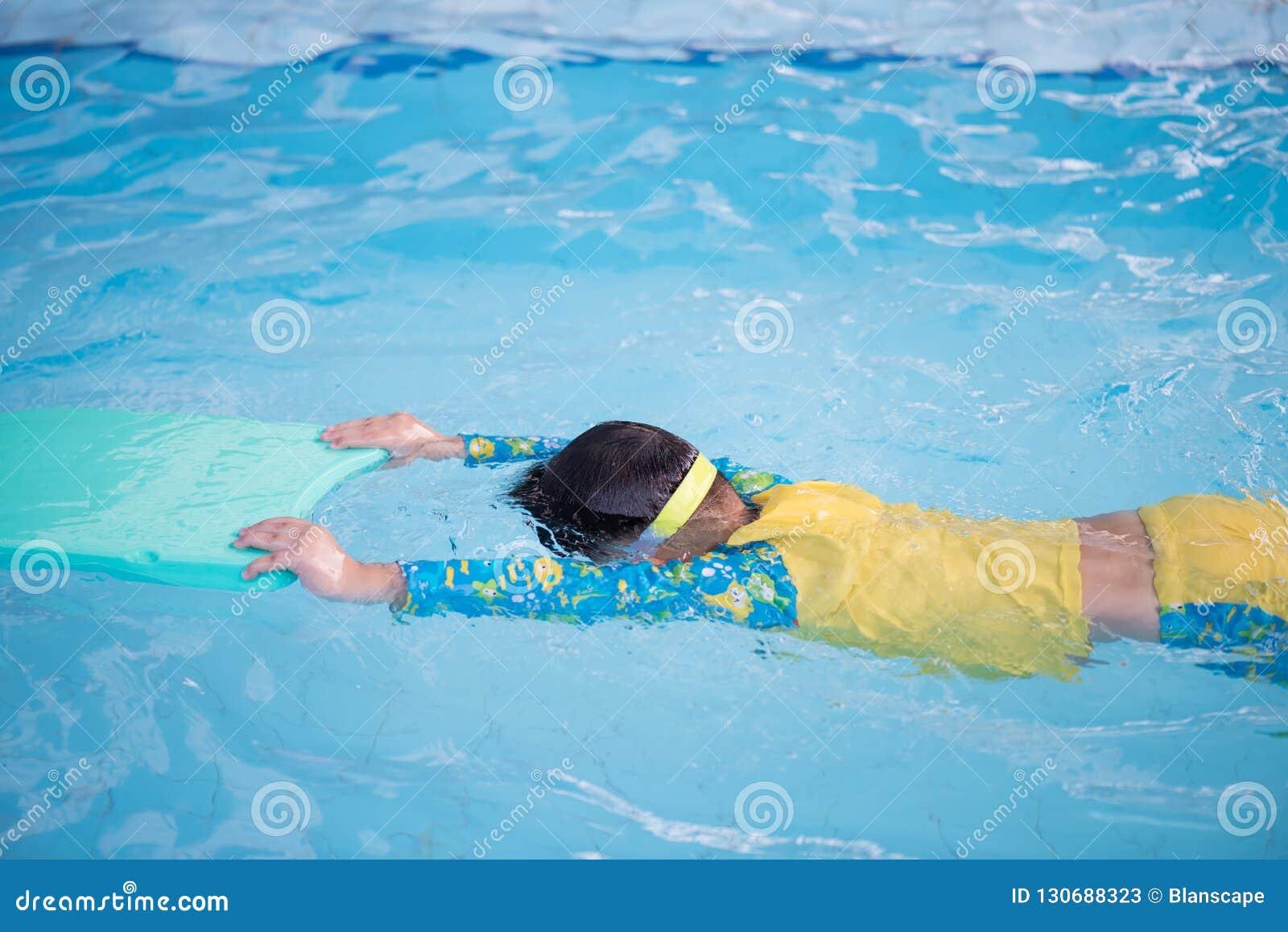 Kinderpraxis, die durch das Schwimmen des Schaums schwimmt