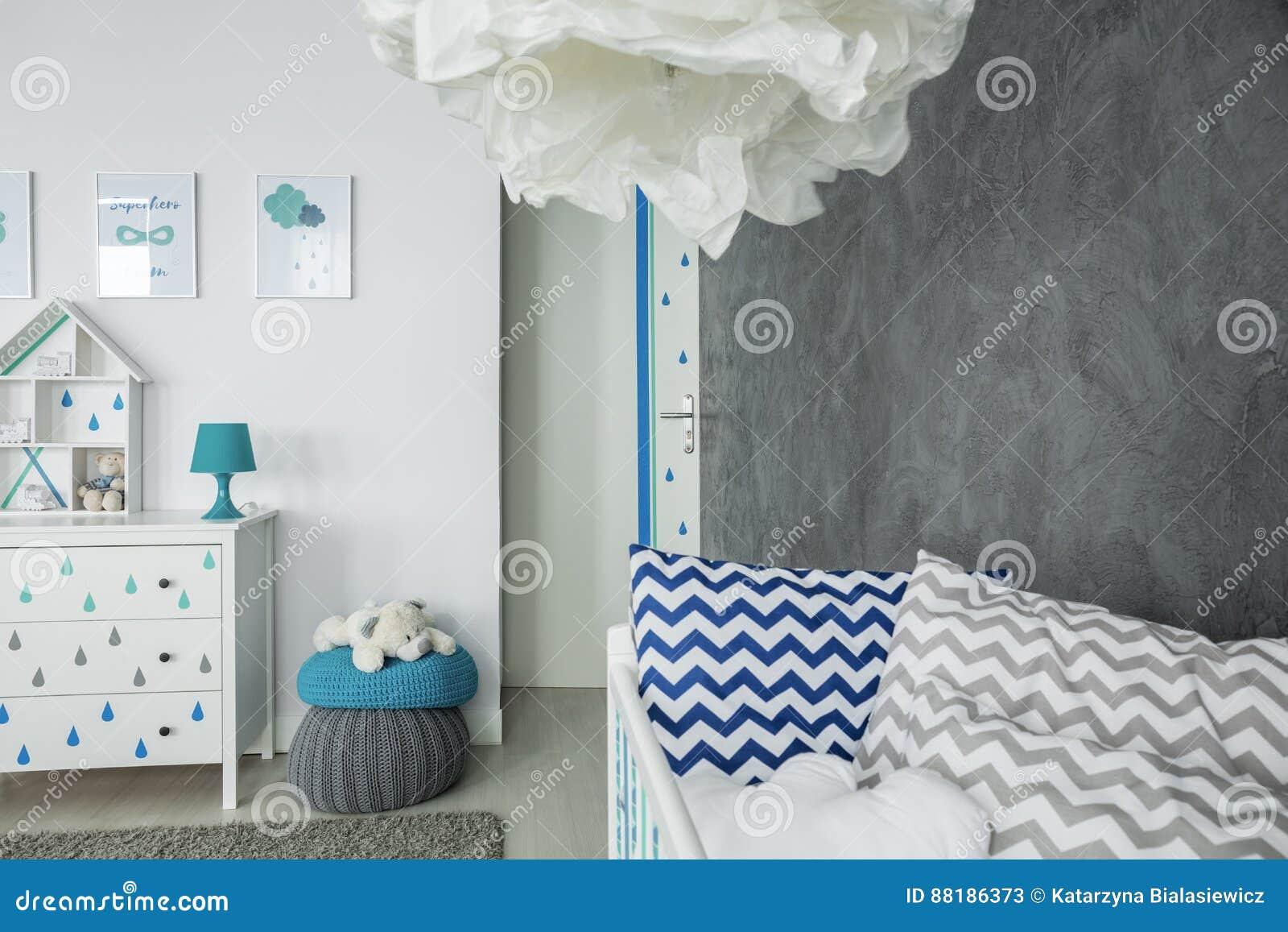 Kinderraum mit Betonmauer