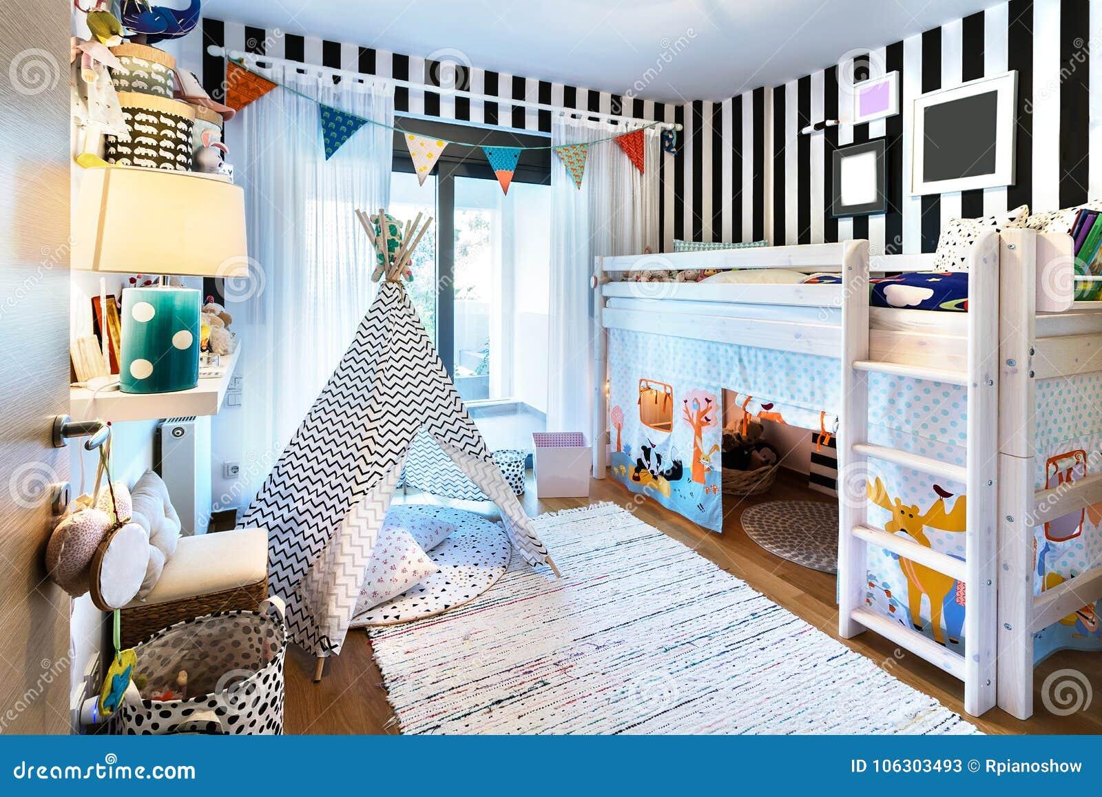 Kinderschlafzimmer Mit Tipi Und Etagenbett Stockbild - Bild von ...