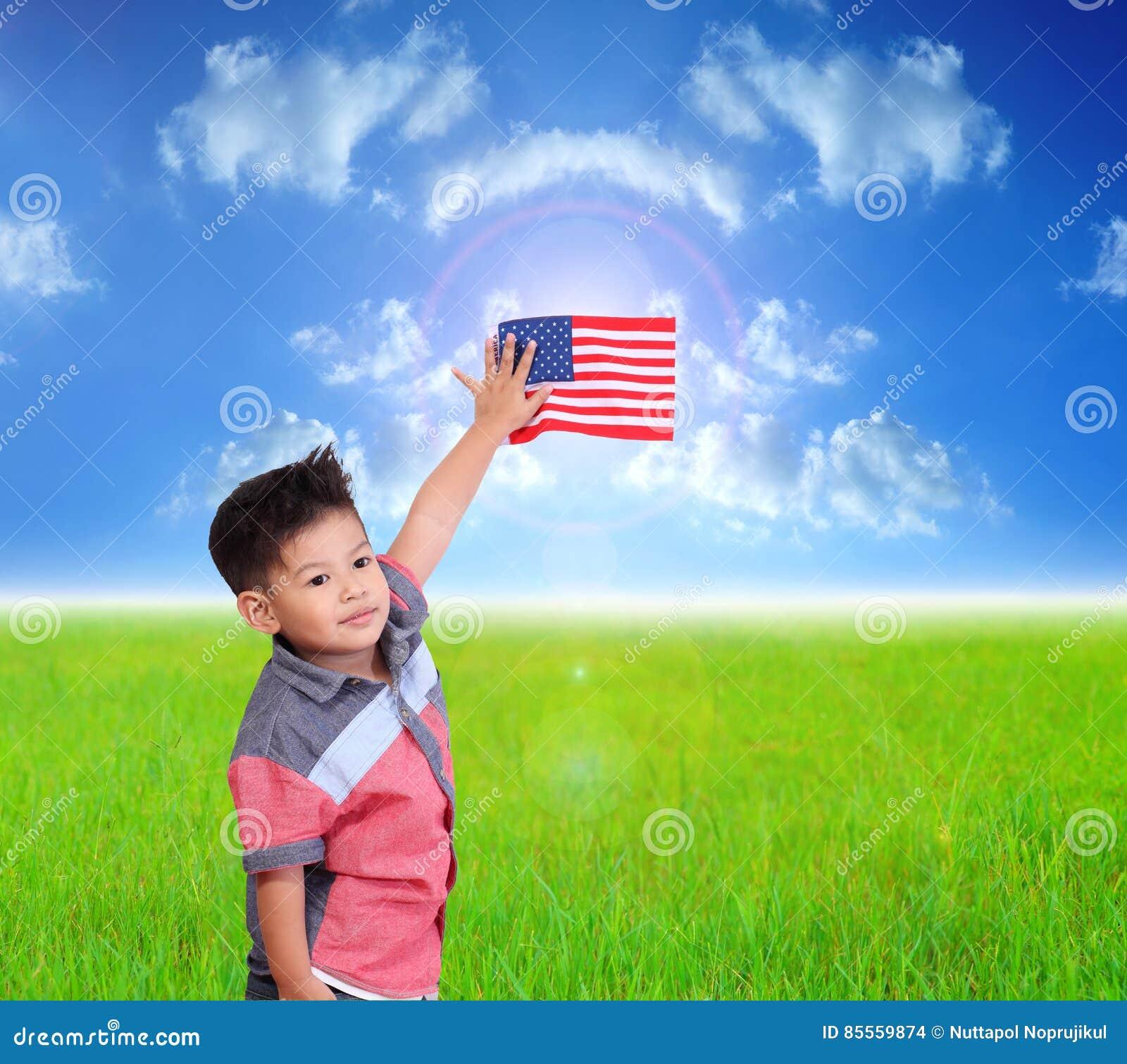 Kindershowflagge Amerika auf Wolke und Sonne des blauen Himmels mit Grün ich