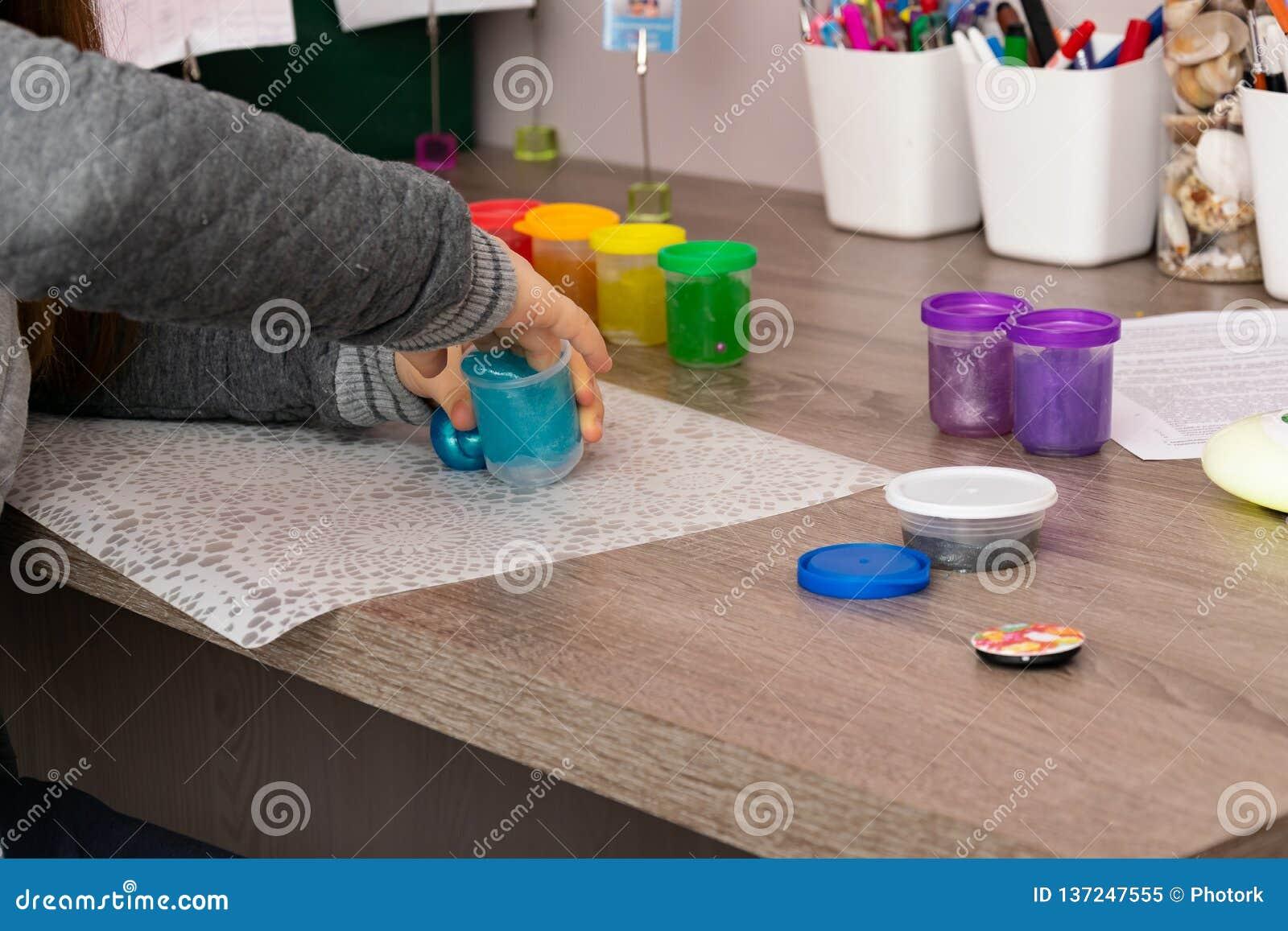 Kinderspiele mit collorfull Schlämmen