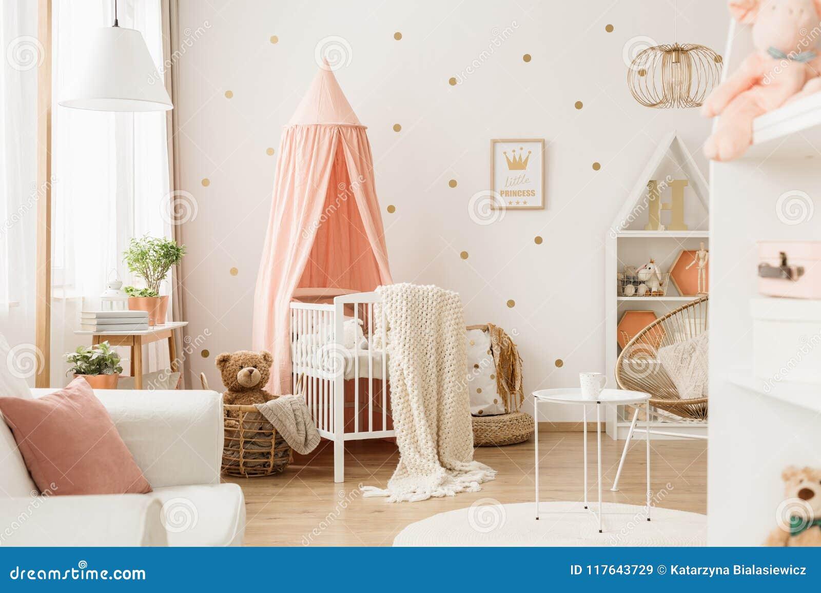 Kindertagesstättenraum mit Punkten